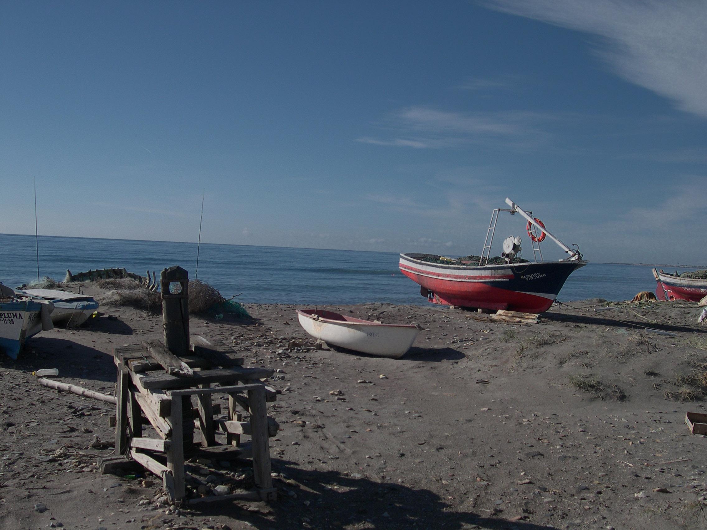 Foto playa El Perdigal / Alquián. Barcos varados