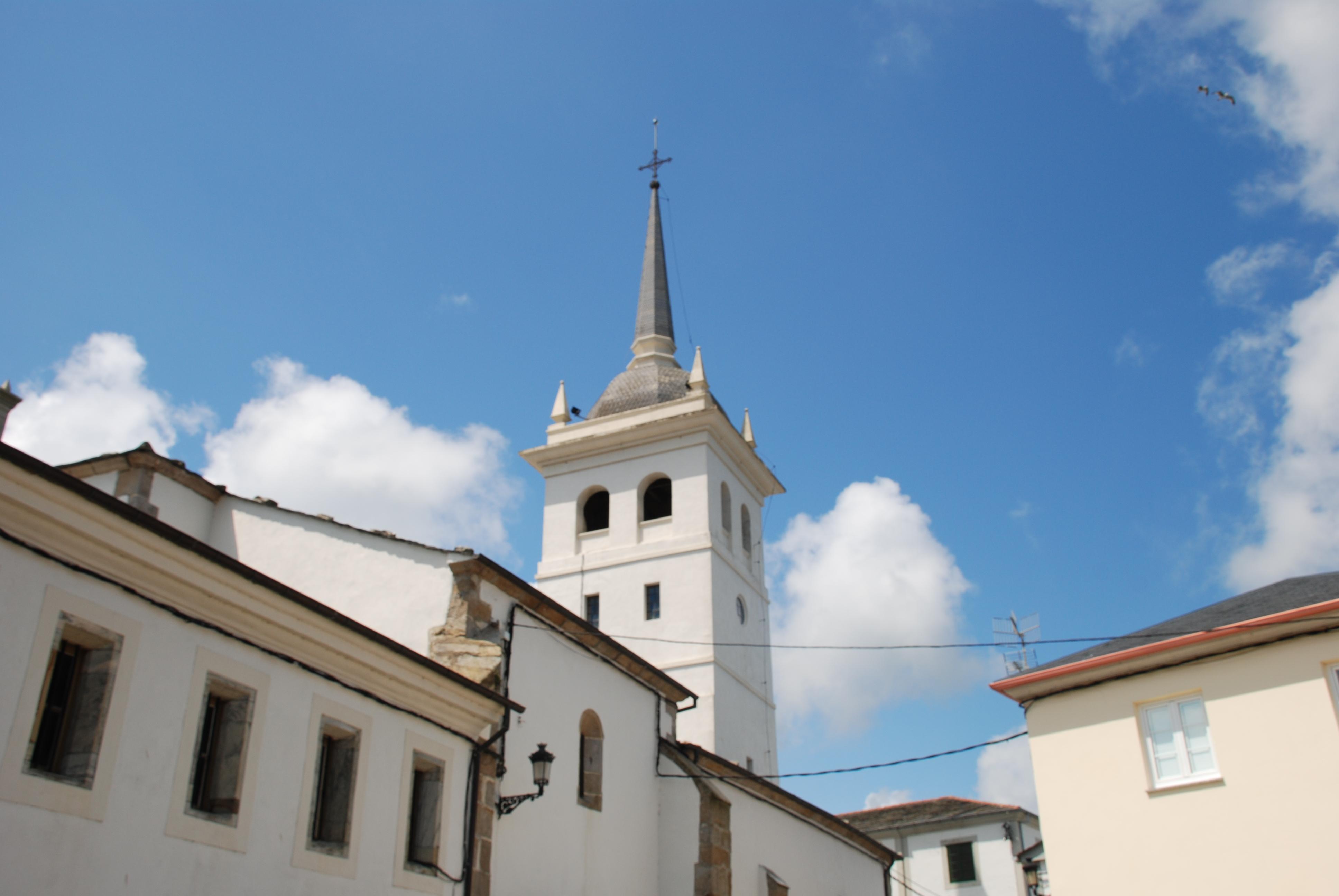 Foto playa San Román. Castropol iglesia de Santiago