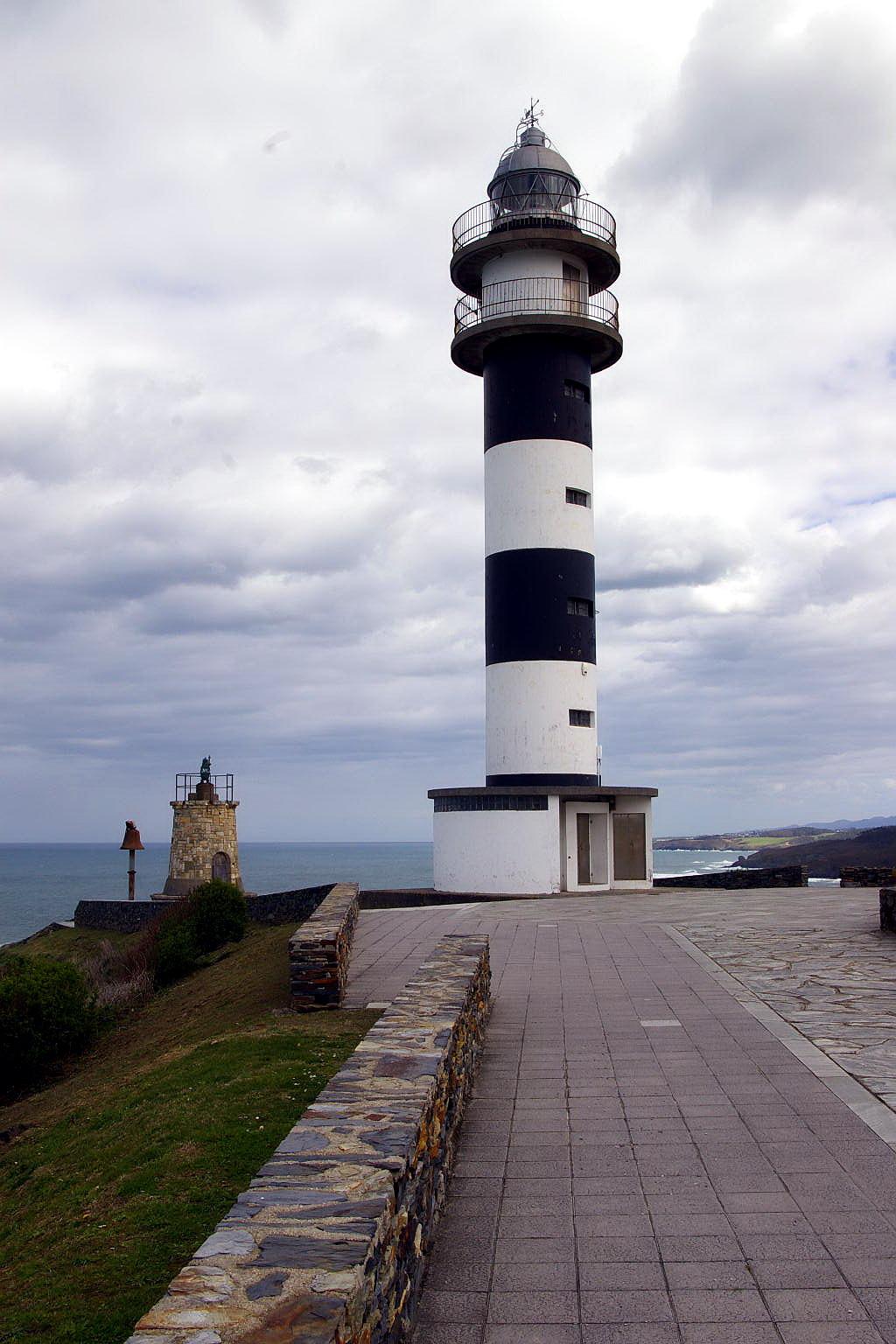 Foto playa Arnelles. Faro del Cabo de San Agustín, Ortiguera, Coaña, Asturias
