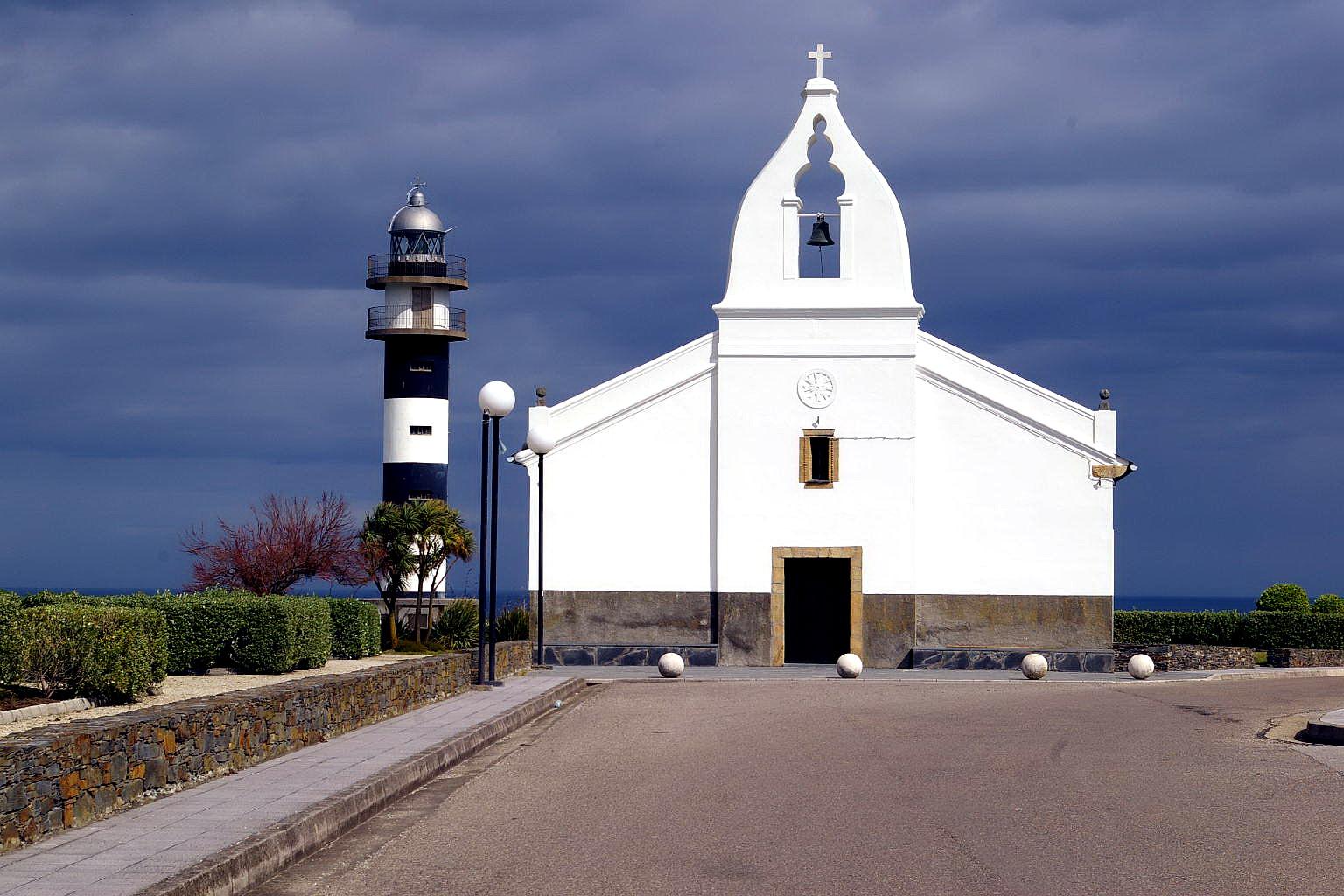 Foto playa Arnelles. Capilla y   Faro de San Agustin, Ortiguera, Coaña, Asturias