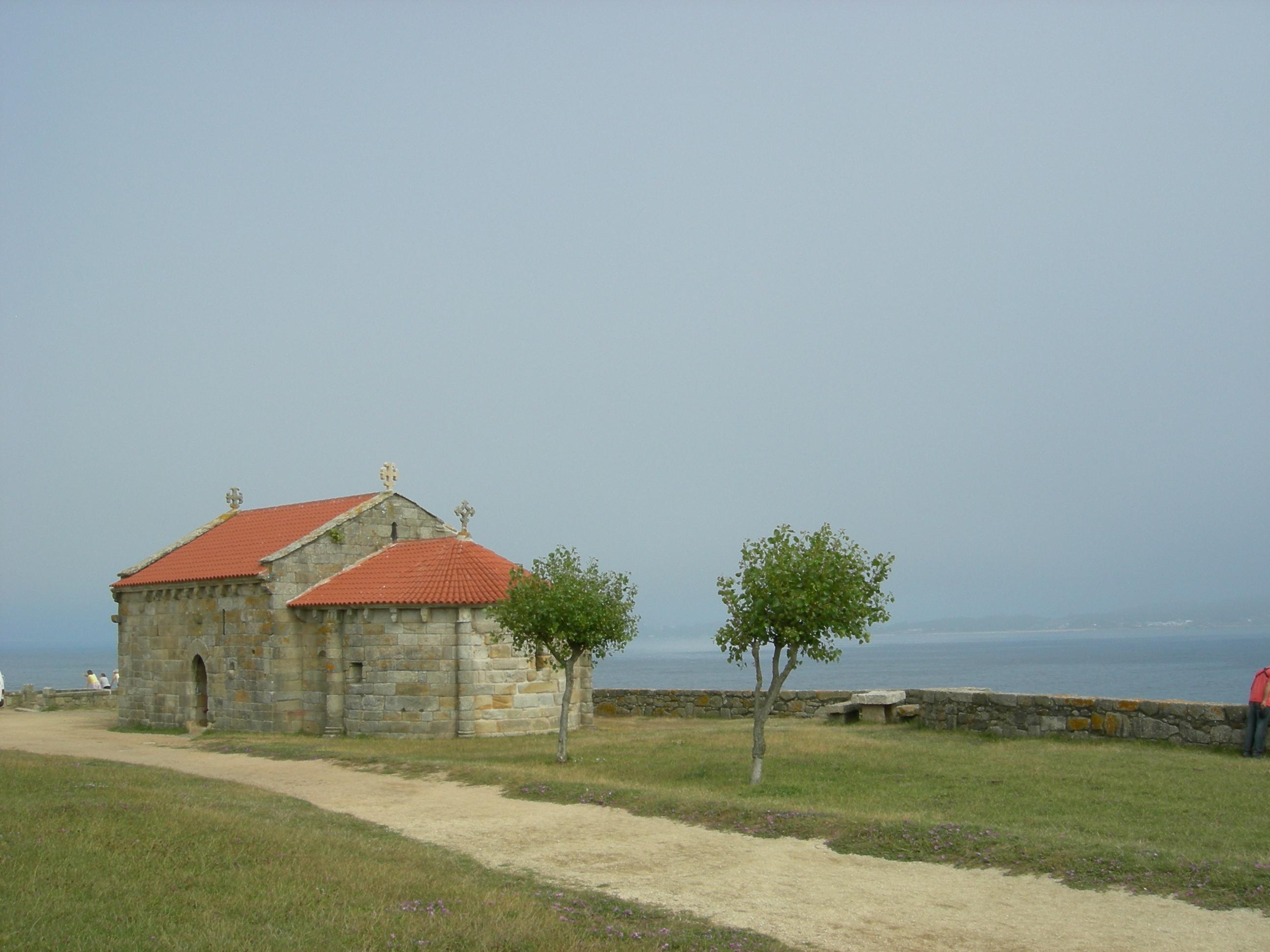Foto playa Foxos / Ortiguera. Iglesia de la Lanzada