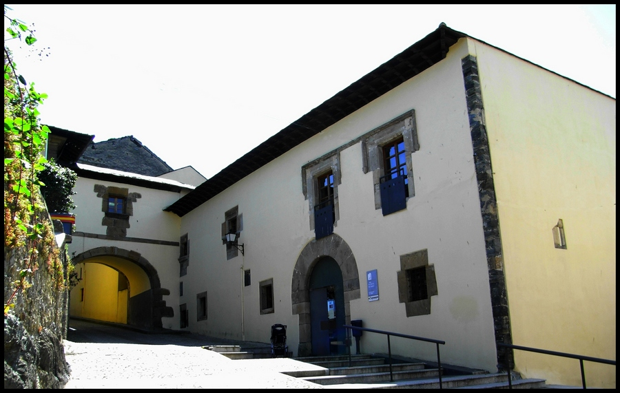 Foto playa Salinas / Tercera de Luarca. Palacio de Ferrera, ahora Casa de Cultura. Luarca.