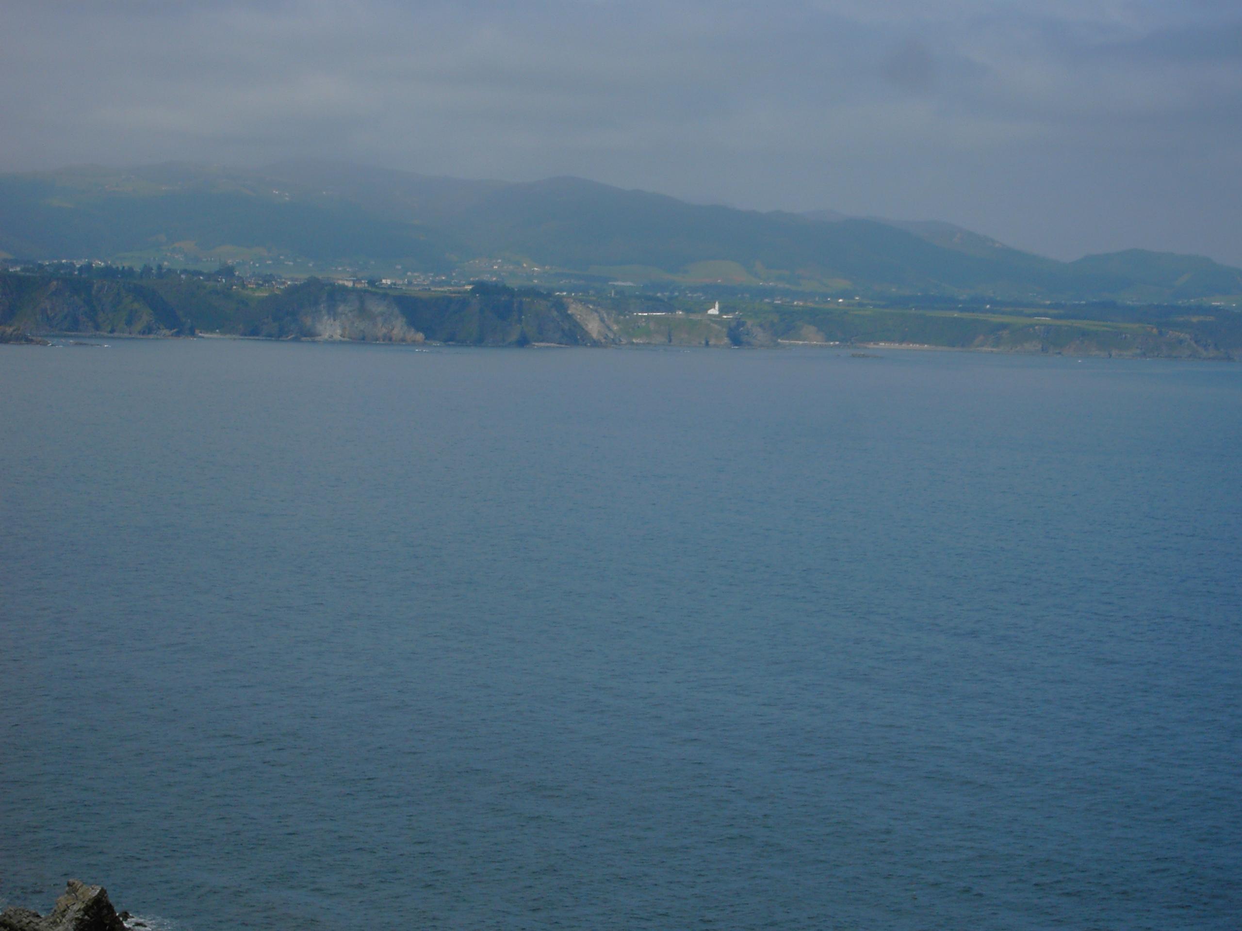 Foto playa Bozo. Vista de Luarca desde Cabo Busto