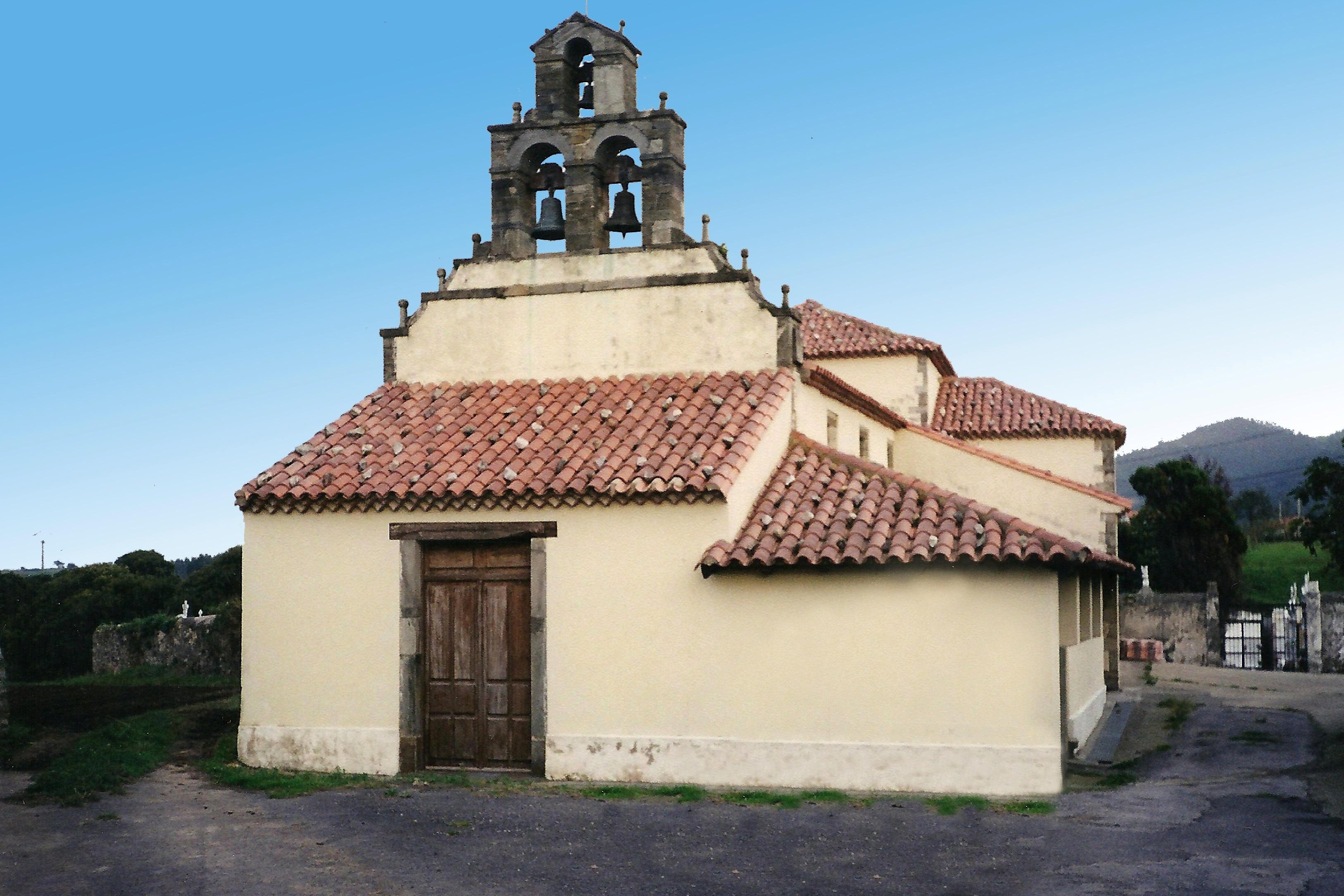 Foto playa Rio Cabo / Ballota. Iglesia de Ballota