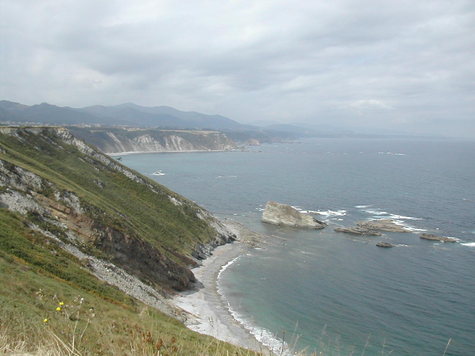 Foto playa Las Rubias. Acantilado junto a Cudillero