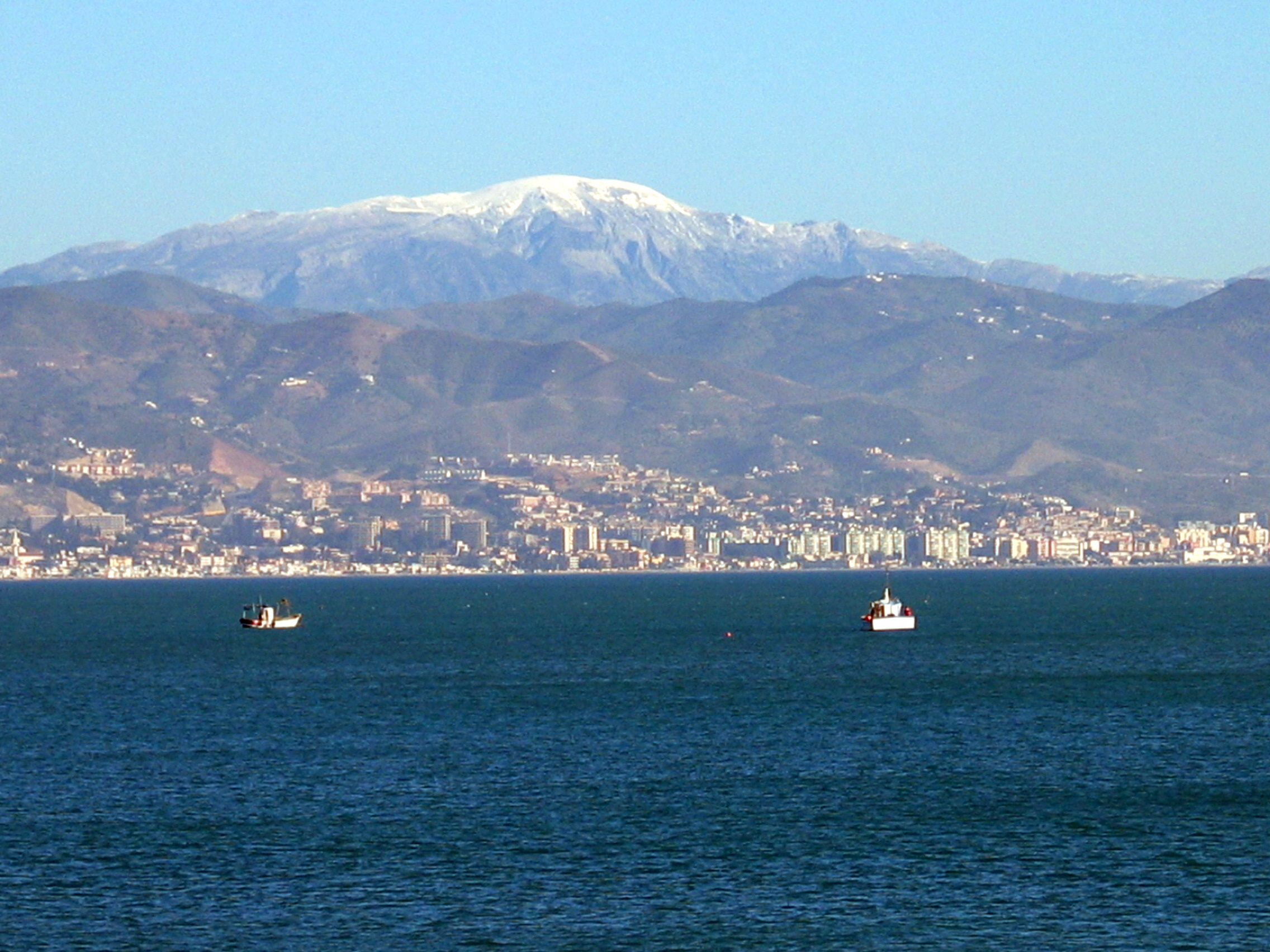 Foto playa Guadalhorce. La Maroma nevada, a sus pies Málaga