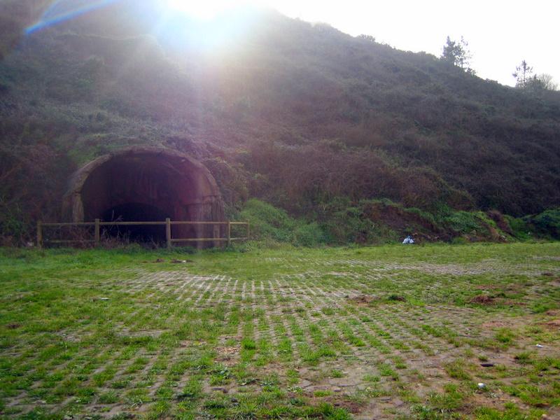 Foto playa Llumeres. Llumeres - Entrada a antigua mina