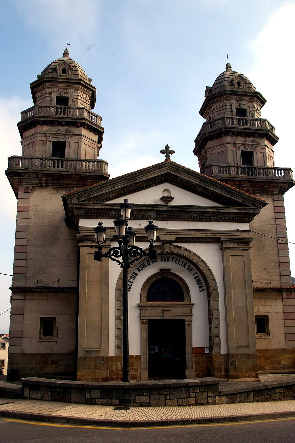 Foto playa Candás / La Pregona. Iglesia de San Felix, Candas, Asturias