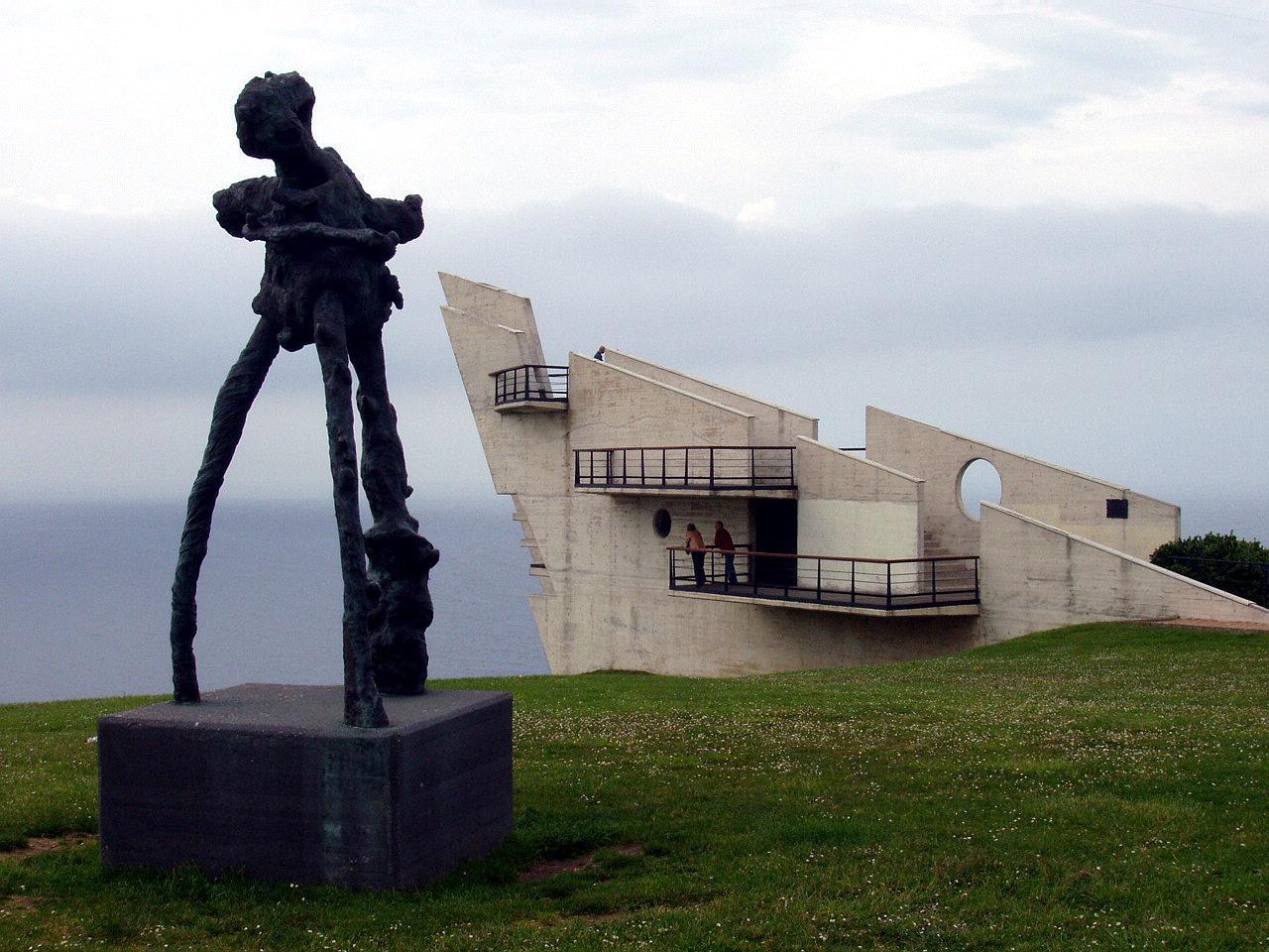 Foto playa Cagonera y Serín. Escultura Nunca Mas,Mirador en la Providencia, Gijón, Asturias