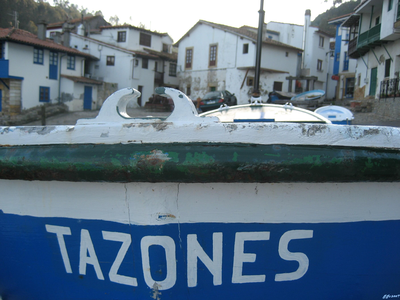 Foto playa Tazones. Lancha de pescadores.