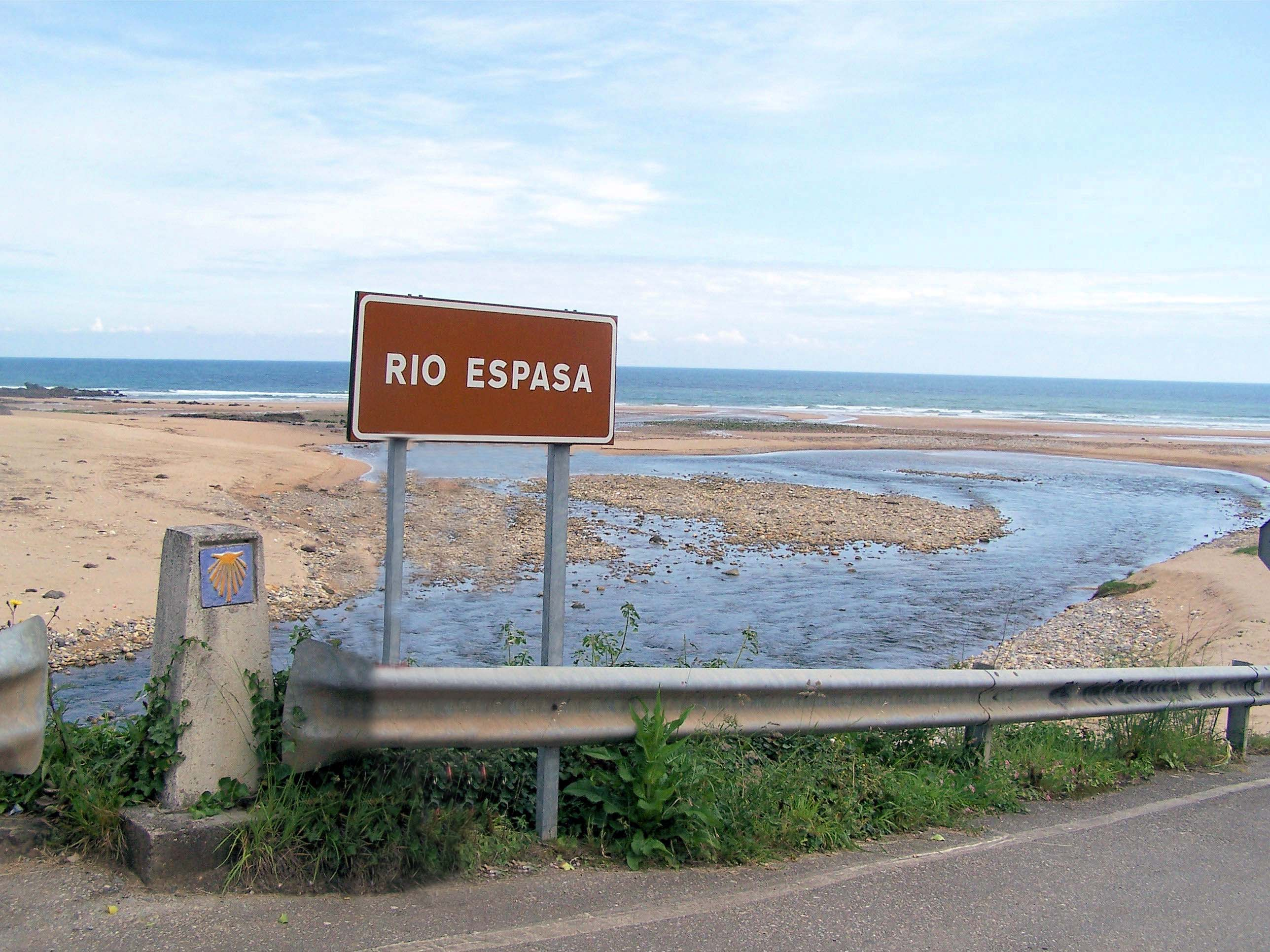 Foto playa La Espasa. Rio y playa de Espasa en la Isla (Colunga).