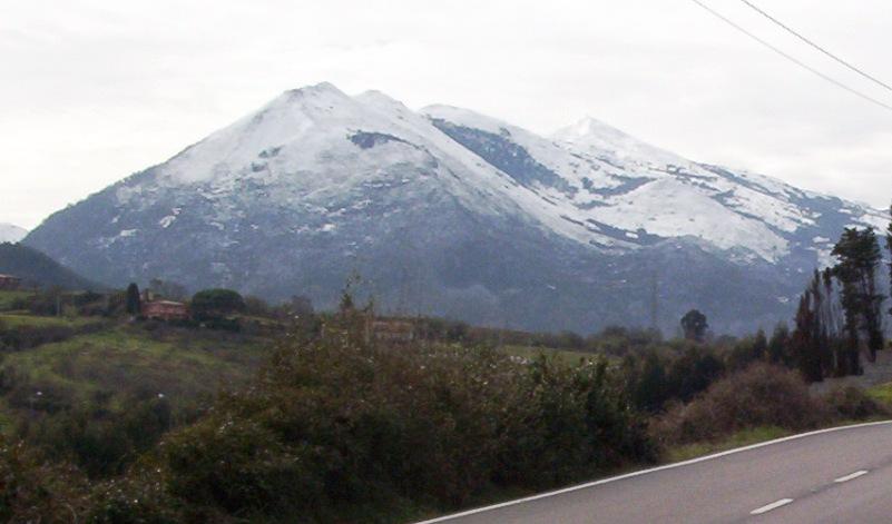 Foto playa El Viso / Arenal de Moracey. Montaña Sueve desde Caravia