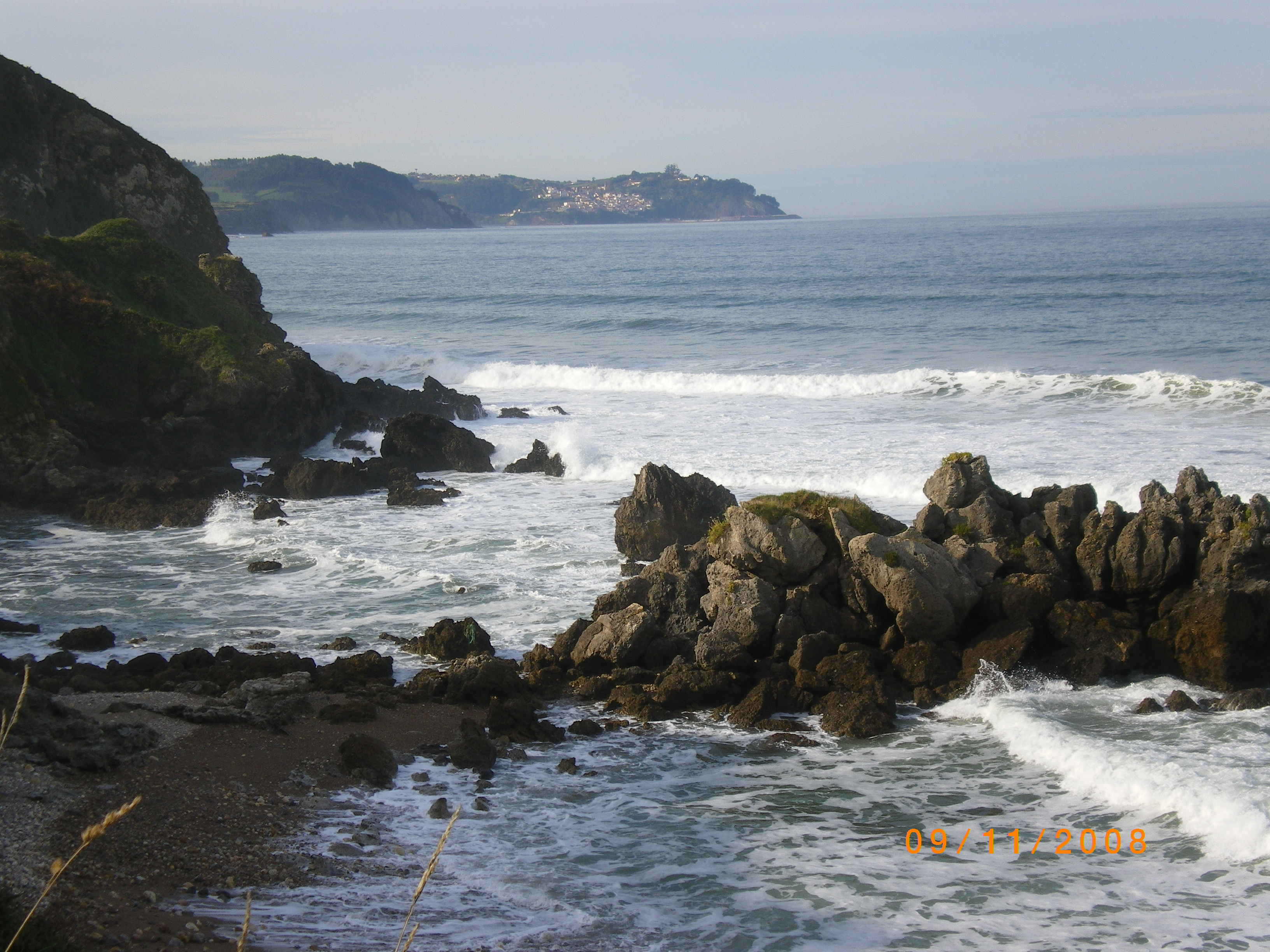 Foto playa El Viso / Arenal de Moracey. Acantilado de la Espasa, al fondo Lastres