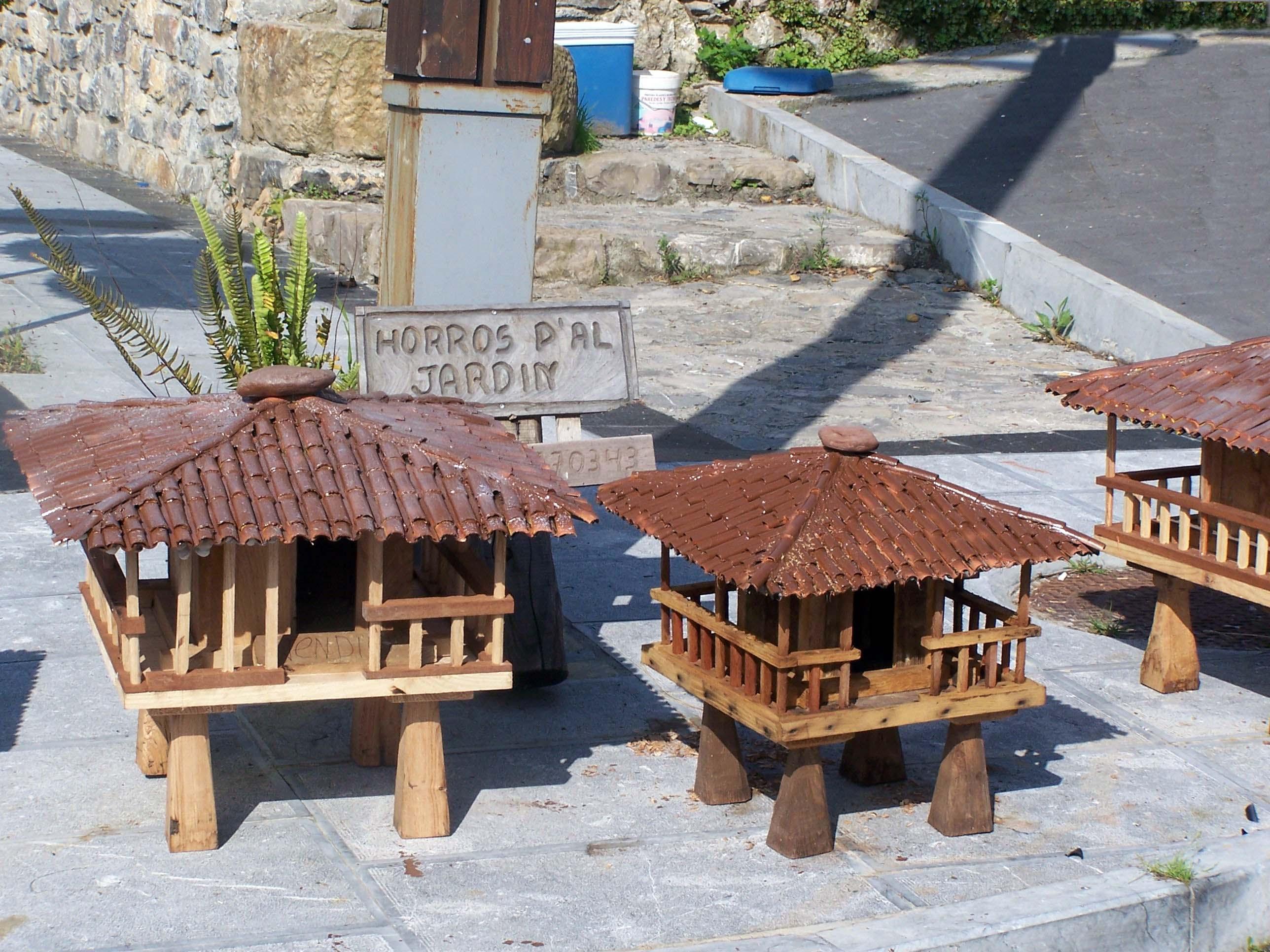 Foto playa Arenal de Morís / Caravia.  Maquetas de horreos de Prado en Caravia.