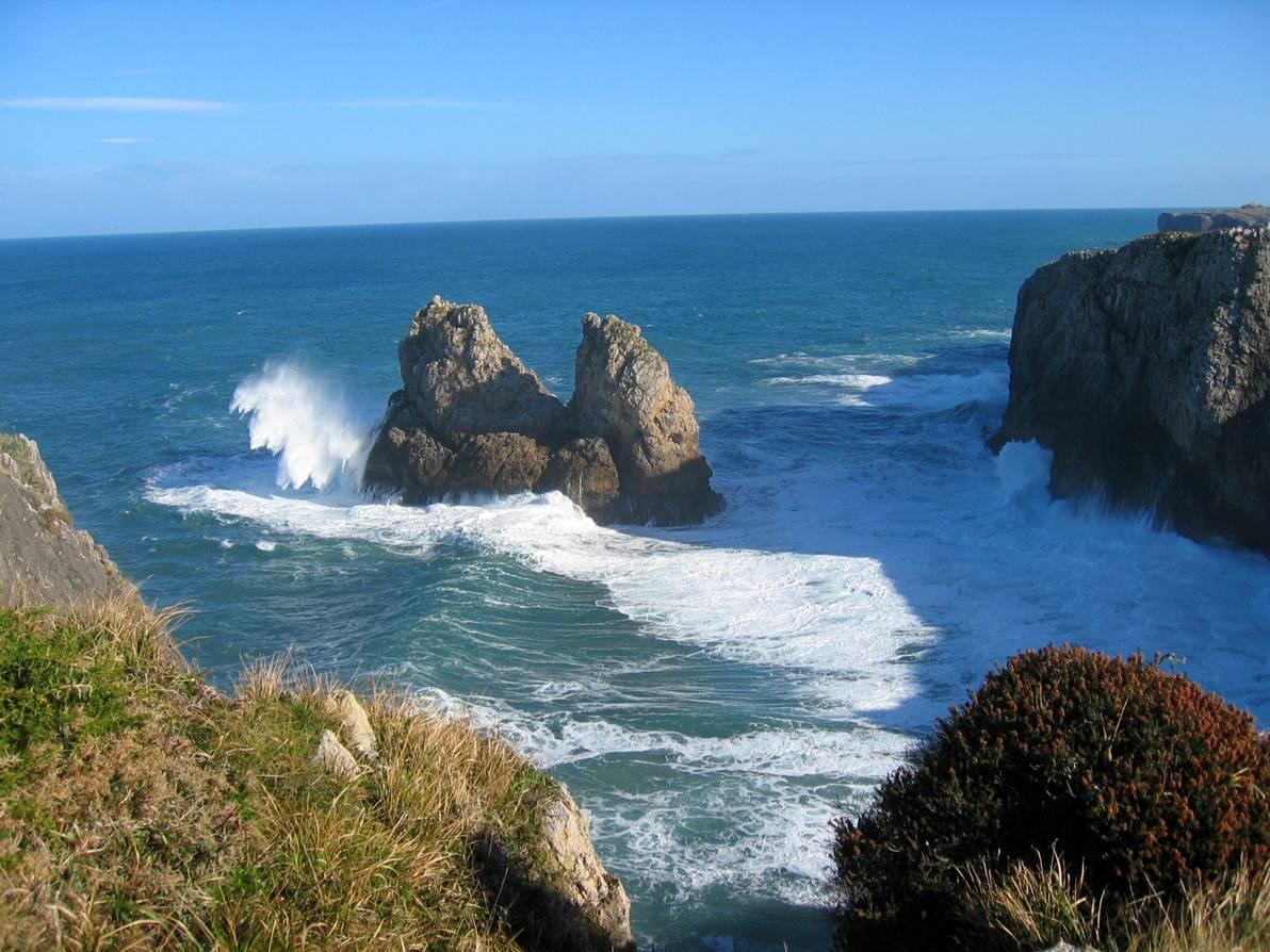 Foto playa Villanueva. Islote Horcado de Cuevas (Llanes)