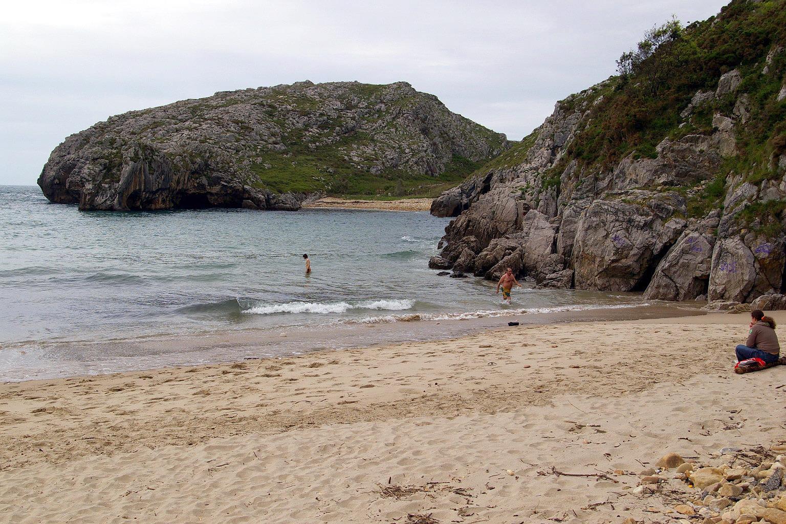 Foto playa Cuevas del Mar. Playa de Cuevas del Mar; Nueva, LLanes, Asturias