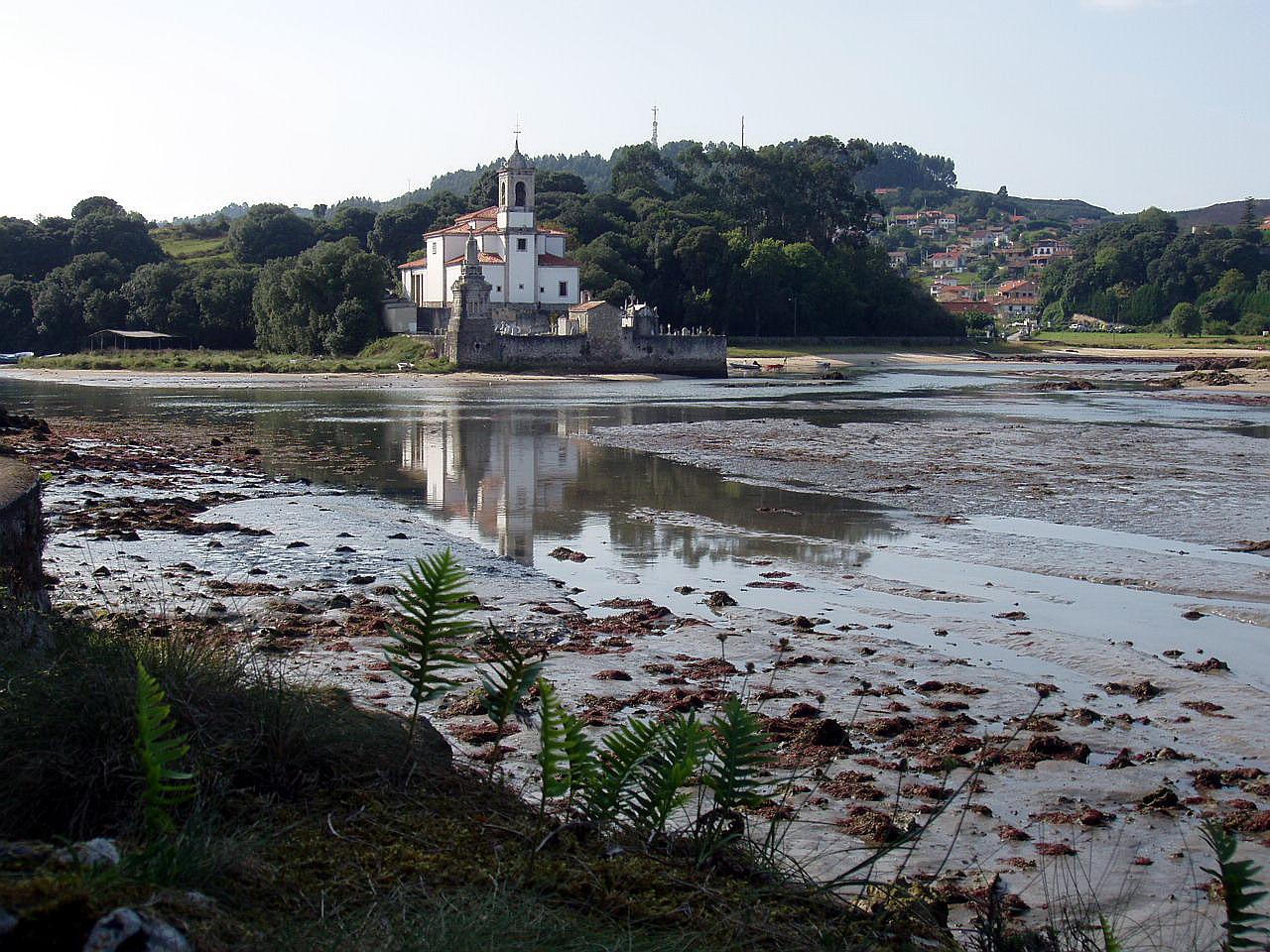 Foto playa Barro. Iglesia de Niembro, LLanes, Asturias, España