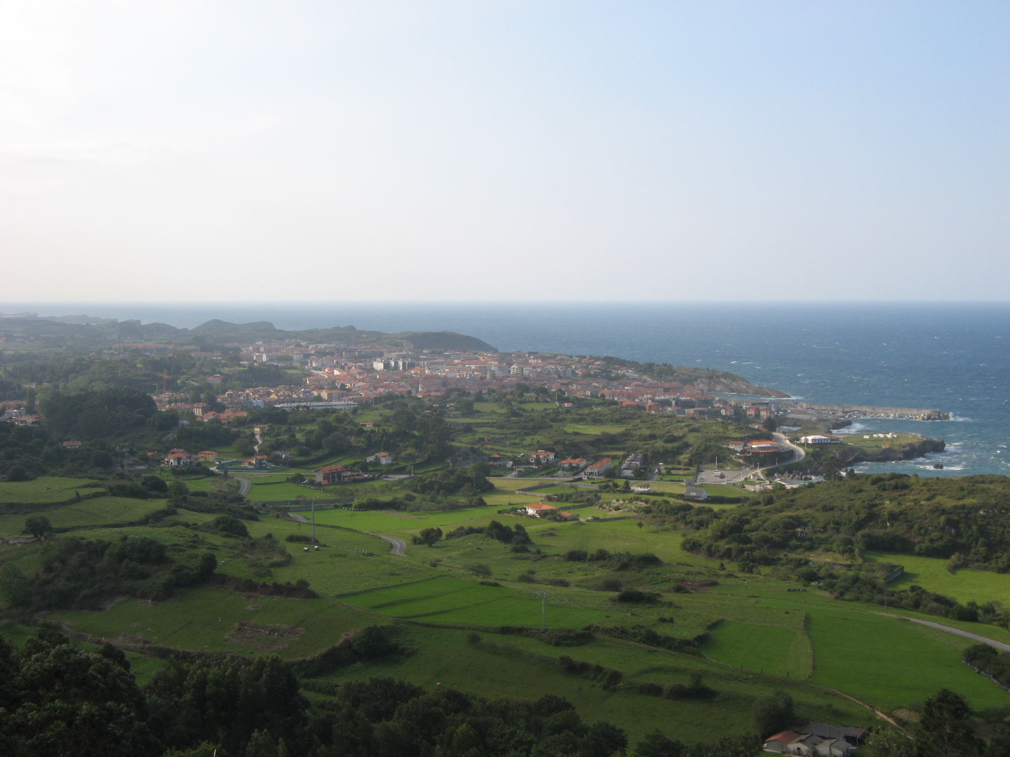 Foto playa Cué / Antilless / Canales. Panorama of Llanes as seen from Cue, Principado de Asturias, Spain