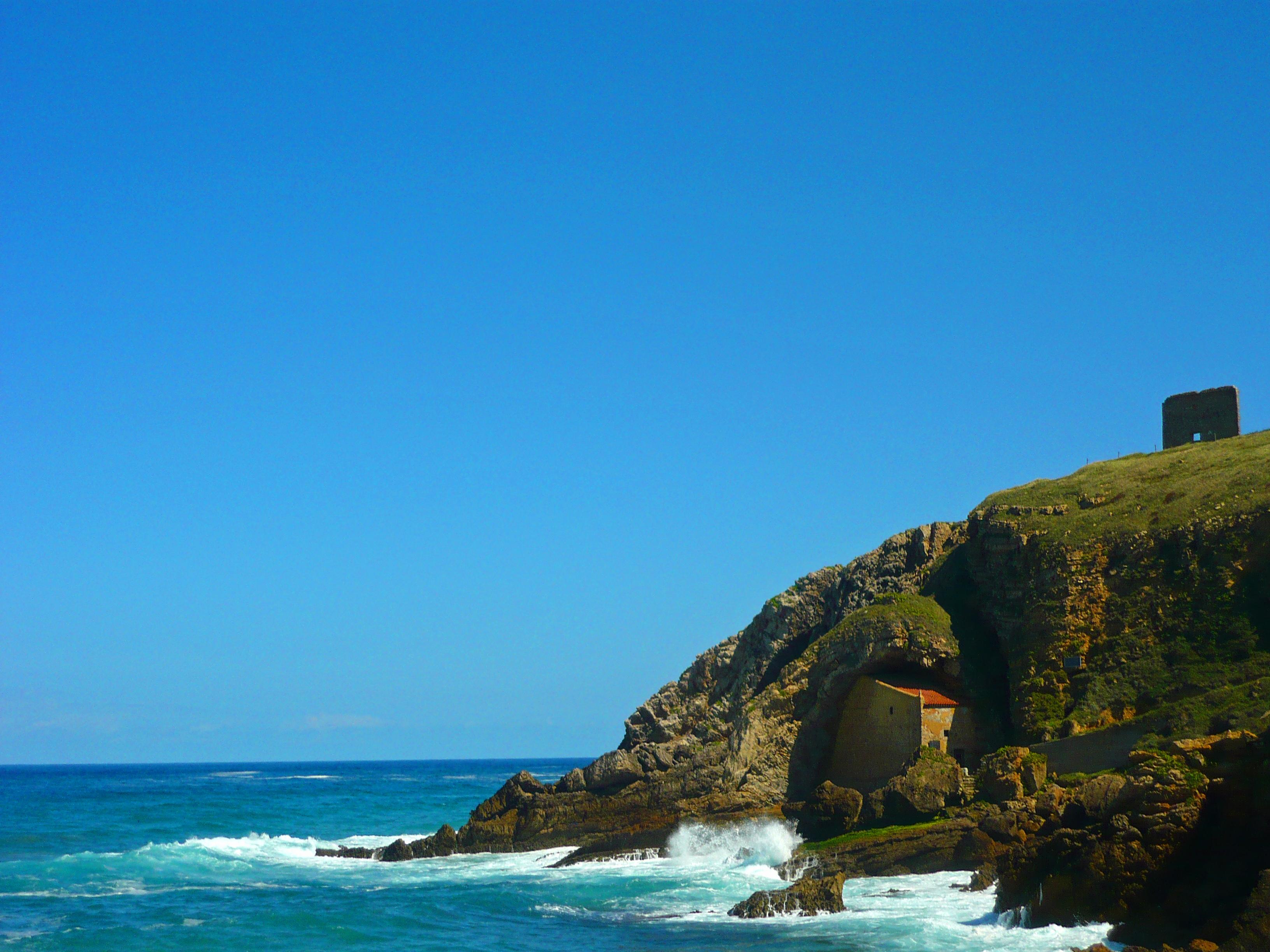 Foto playa Santa Justa. Ermita de Santa Justa y la costa Cantábrica-Ubiarco, Cantabria.