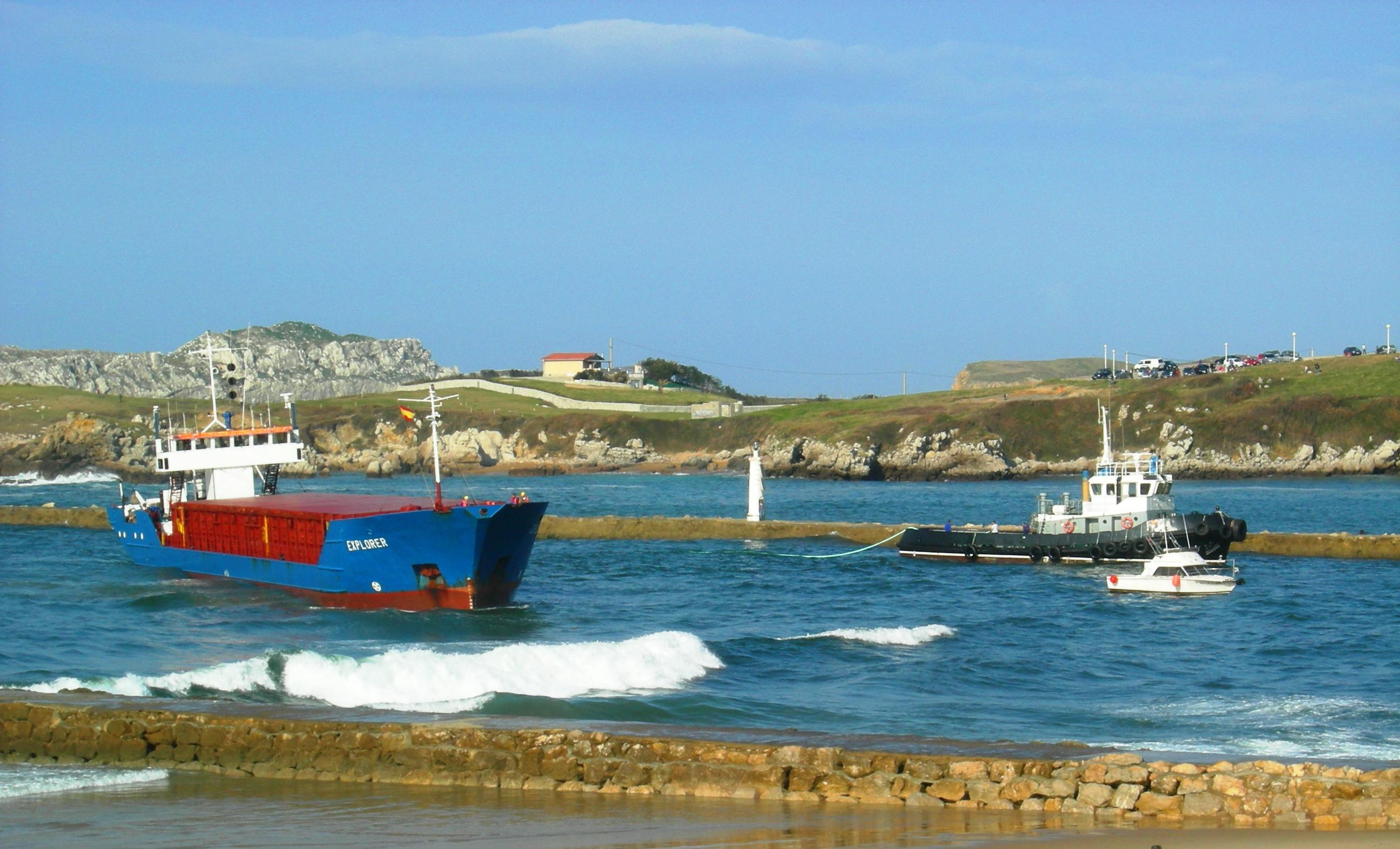 Foto playa Eretzin Zabala. Barco encallado en la ría