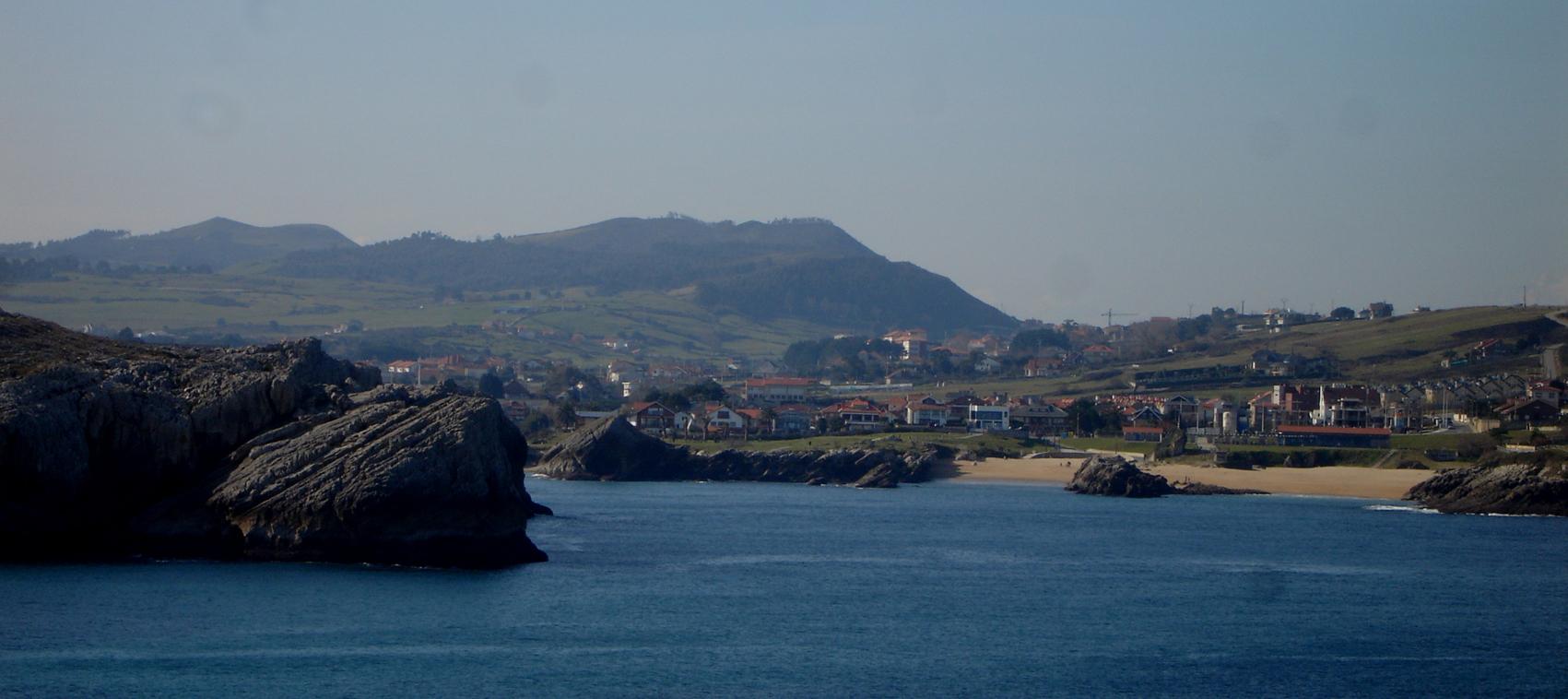 Foto playa San Juan de la Canal. Costa Quebrada. San Juan de la Canal .Playa con la Picota al fondo
