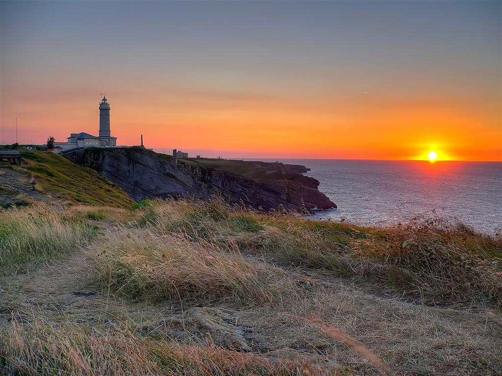 Foto playa Mataleñas. Ocaso en el Faro de Cabo Mayor. Santander