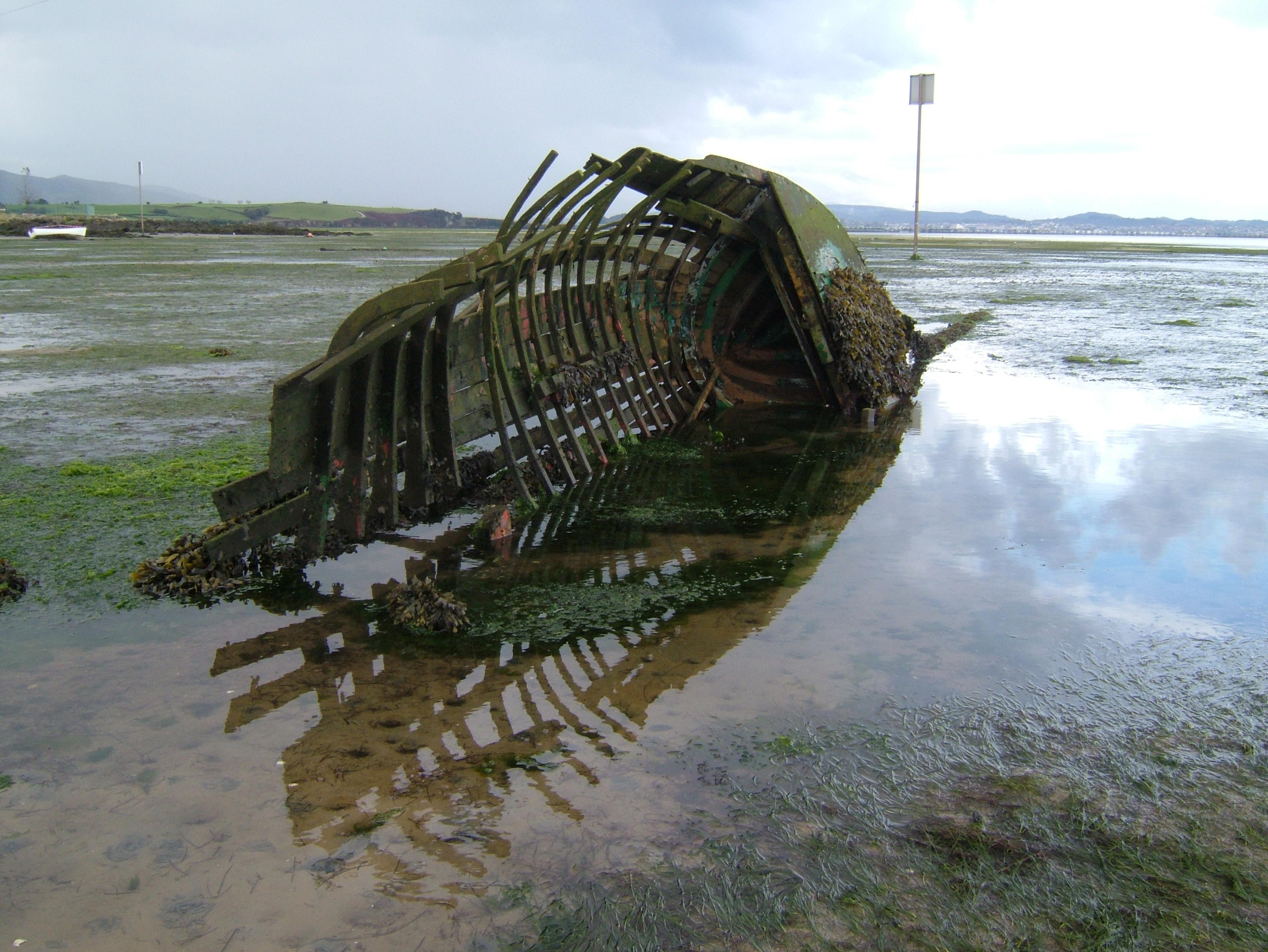 Foto playa El Rostro. Barquita en esqueleto I .
