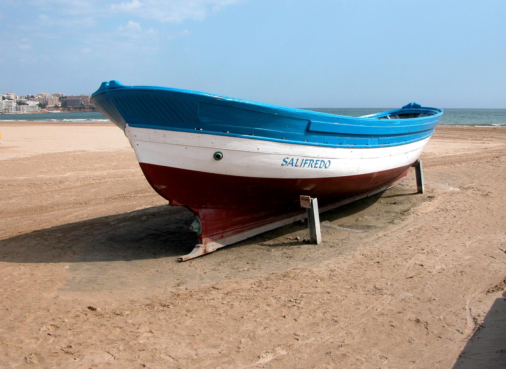 Foto playa Playa de Poniente. SALOU (Provincia de Tarragona). Barca de pescador.