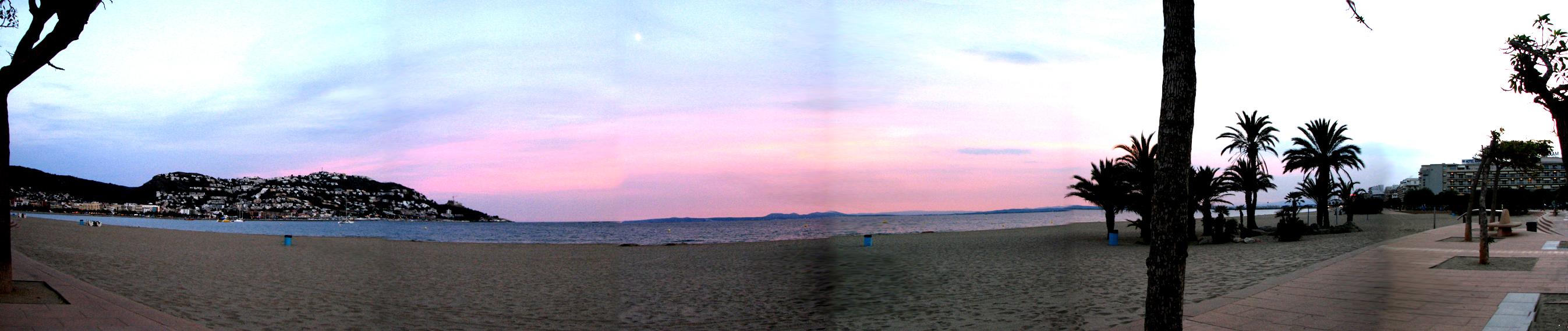 Foto playa Santa Margarida. Atardecer en panorámica. Roses, Gerona.