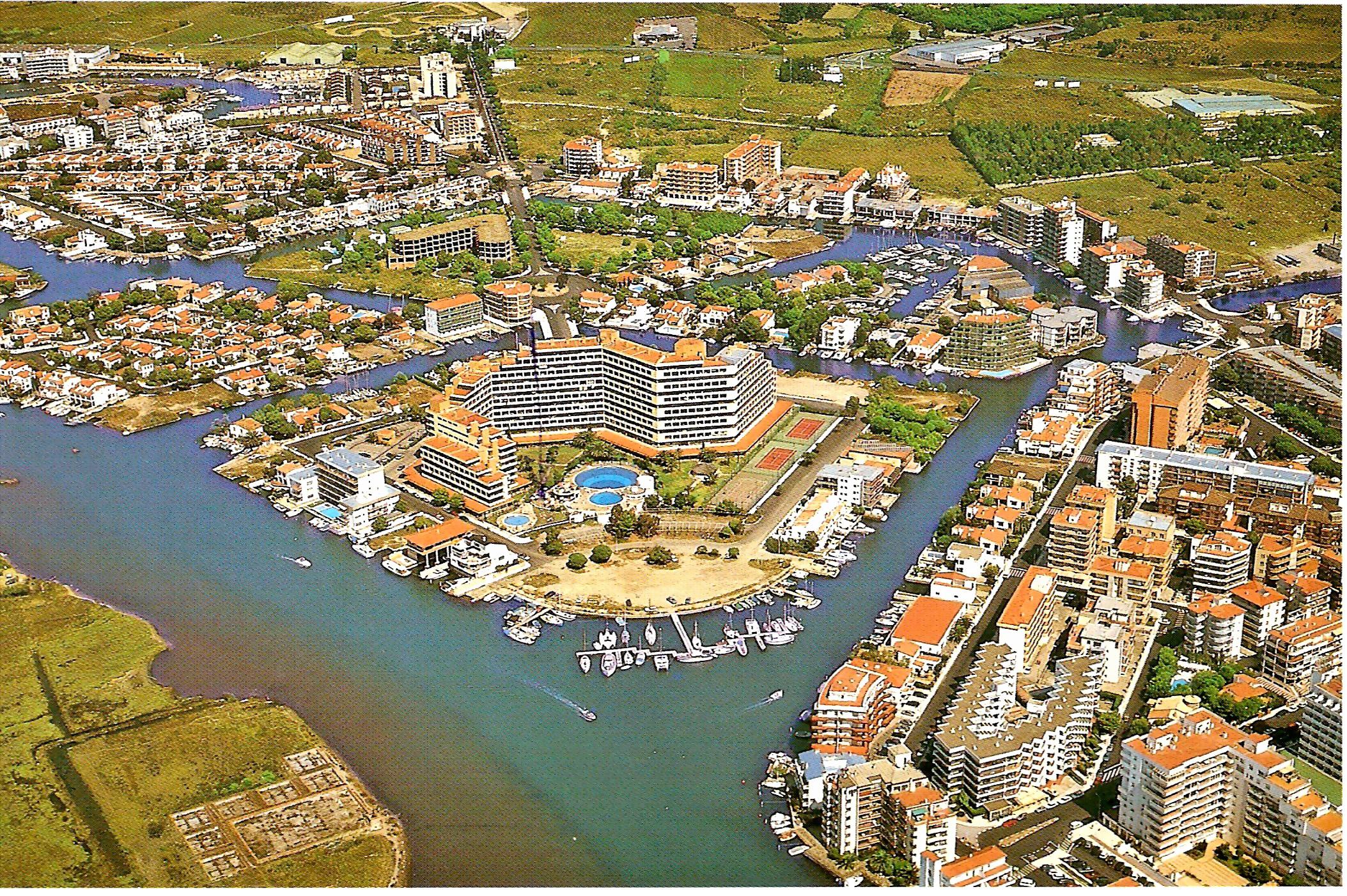 Foto playa Santa Margarida. The Roses island in Santa Margarida, Spain (Post card from 1975 year )