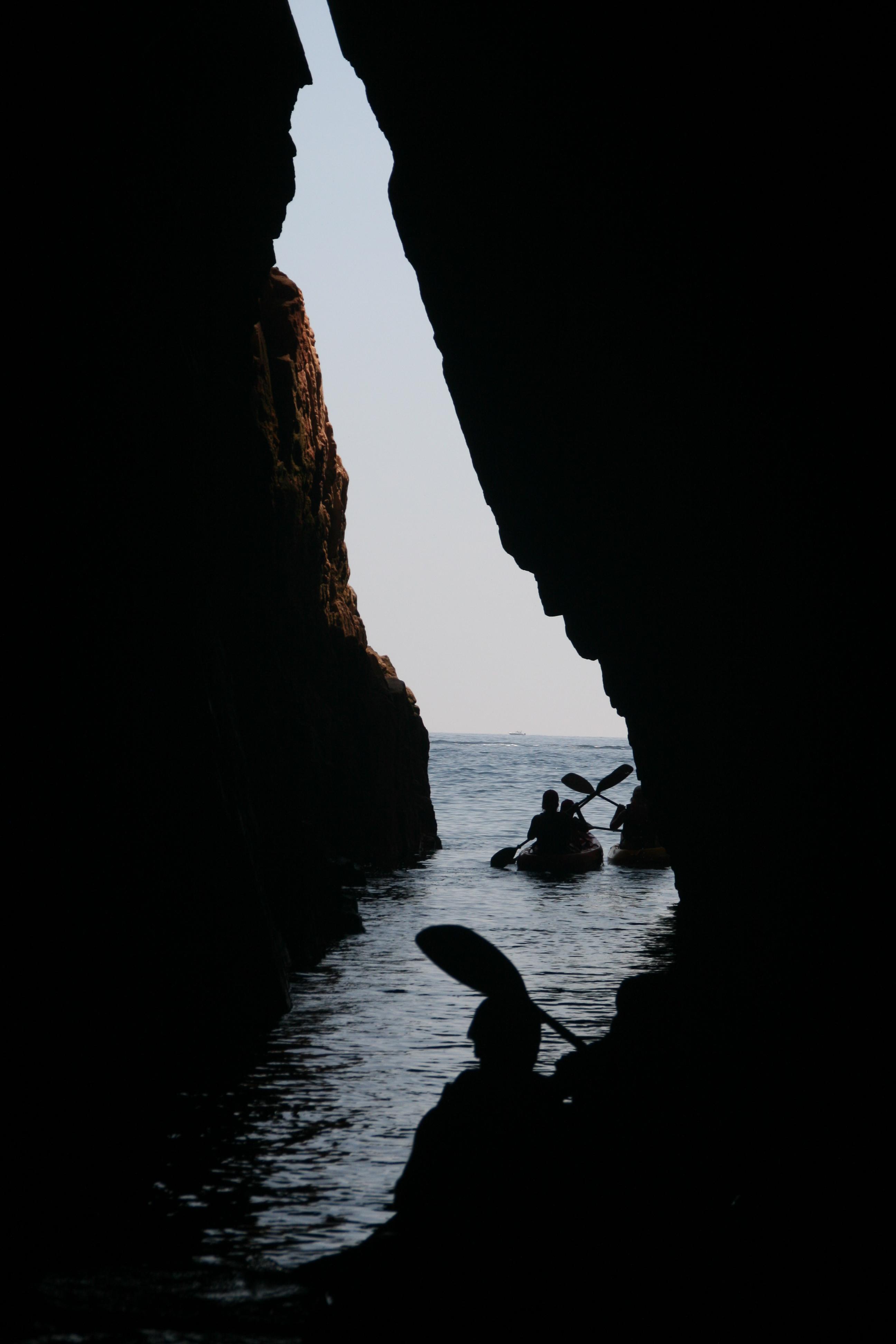 Foto playa Agua Gélida / Aigua Xelida. Kaiacks sortint de la Cova d´en Gispert - Costabrava