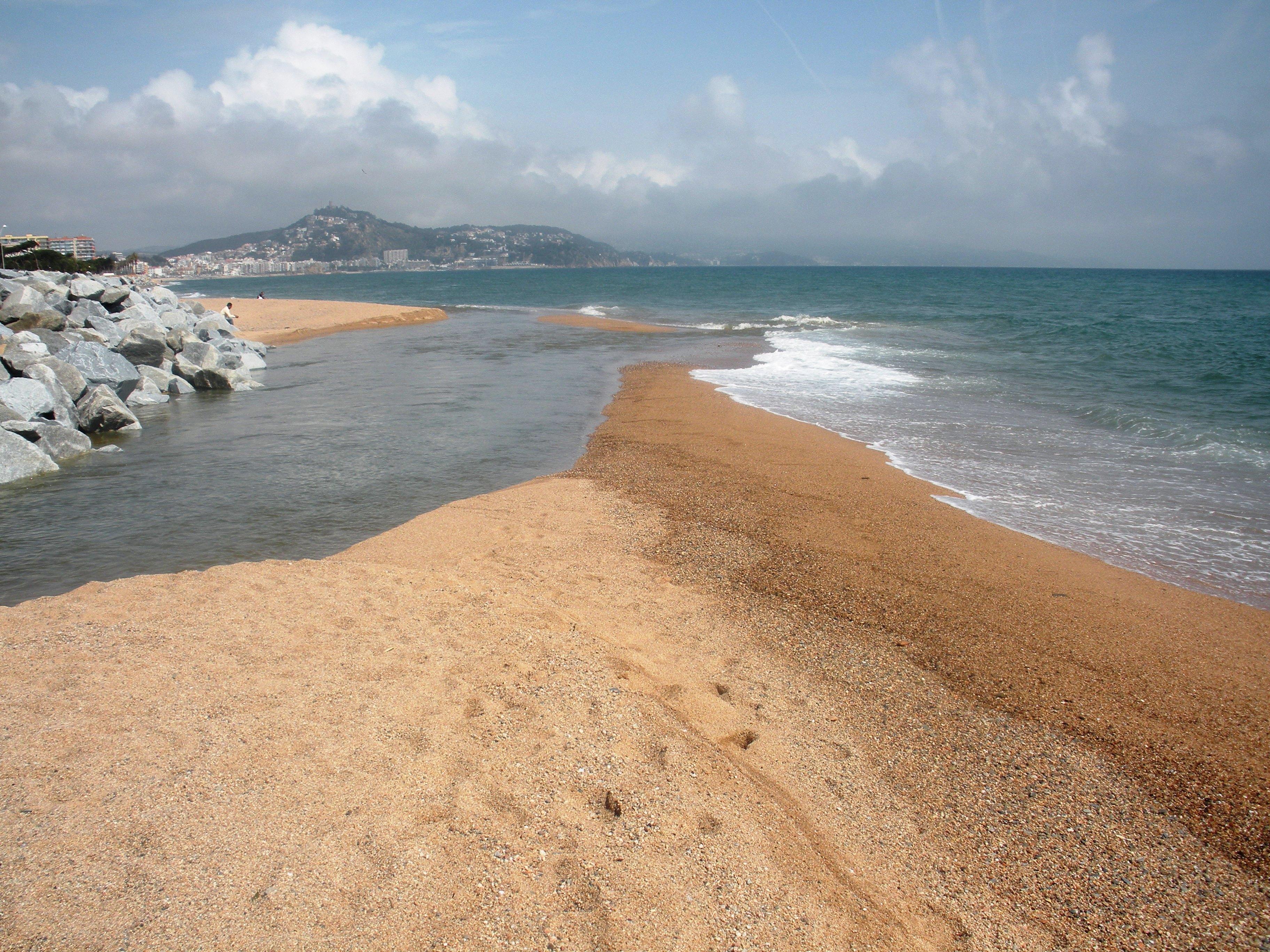 Foto playa Malgrat de la Conca. La Tordera es lliura al mar. Dolç-salat