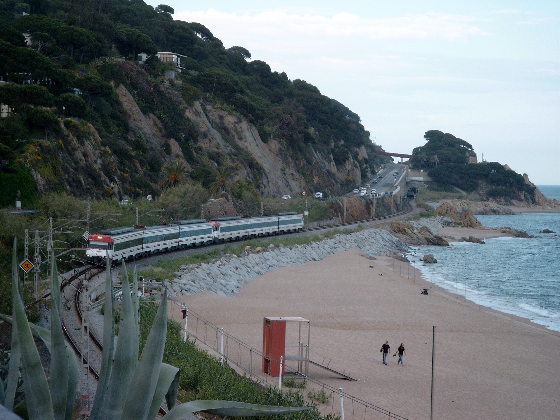 Foto playa La Platjola. Costa del Maresme,  Modelleisenbahn?
