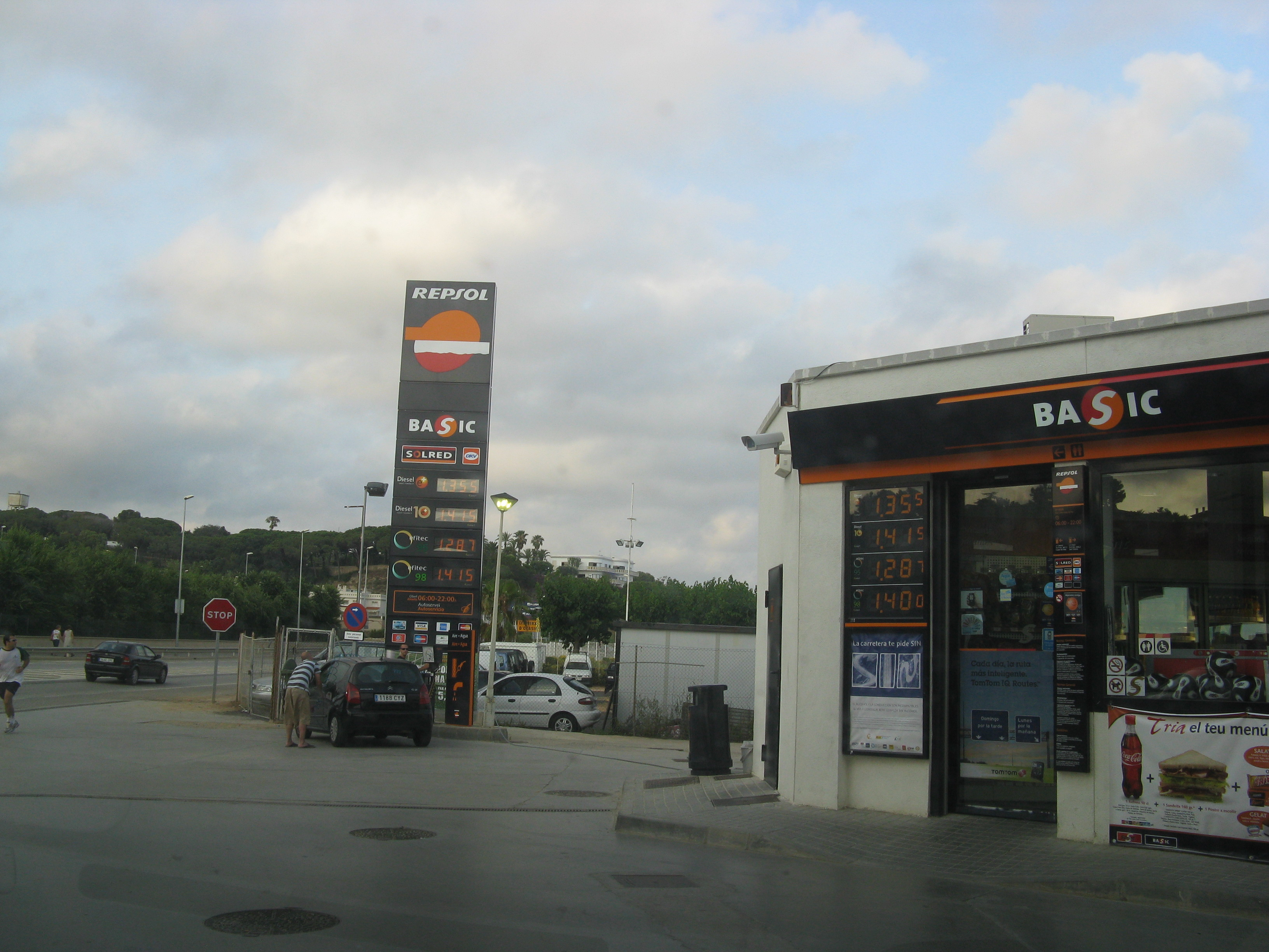 Foto playa Roques Blanques. gasolinera a la N-II