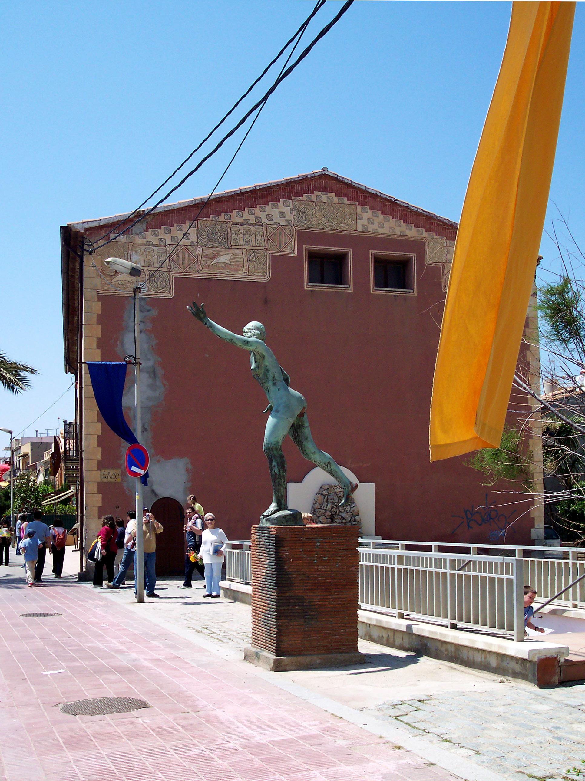 Foto playa Platja de Ponent. Dona monument, by Julio M. Merino