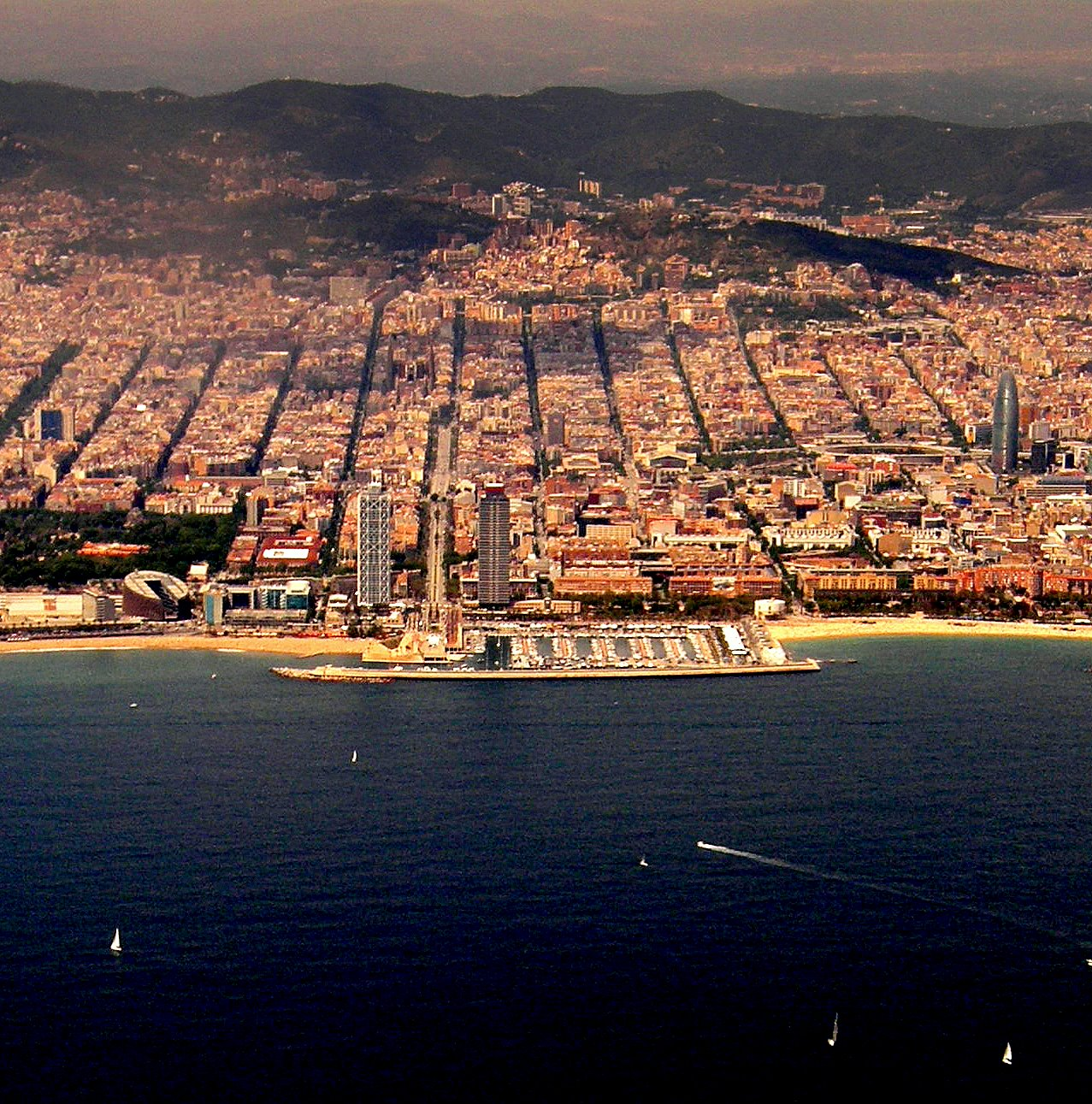 Foto playa La Mar Bella. Barcelona Olympic Harbour and close vicinity including AGBAR tower.