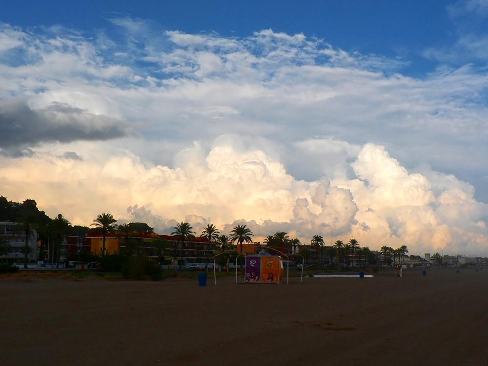 Foto playa Les Botigues. Nuvolades de tempesta vistes des de la platja de Castelldefels