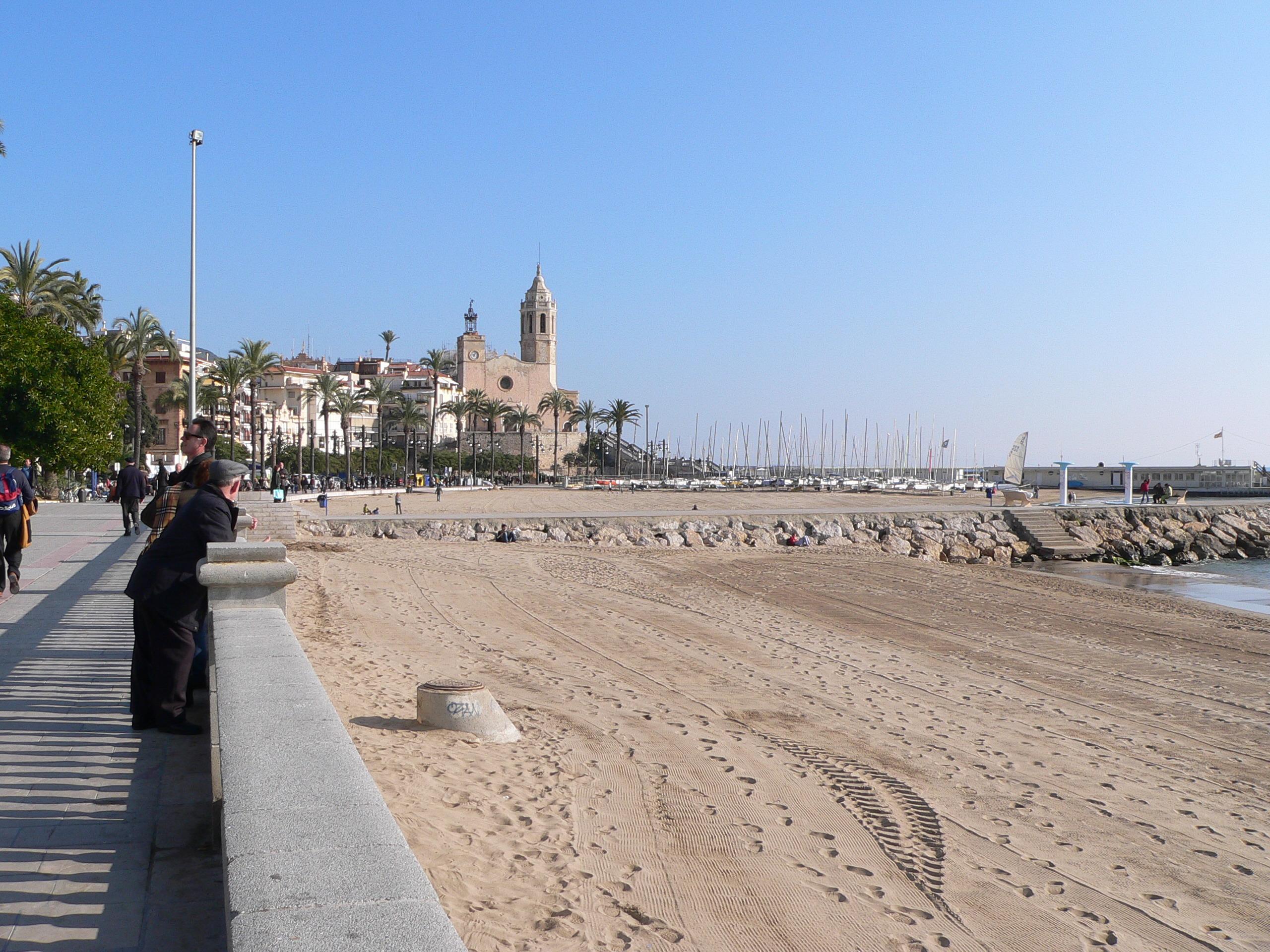 Foto playa La Riera Xica. Sitges Playa de San Sebastian y puerto deportivo