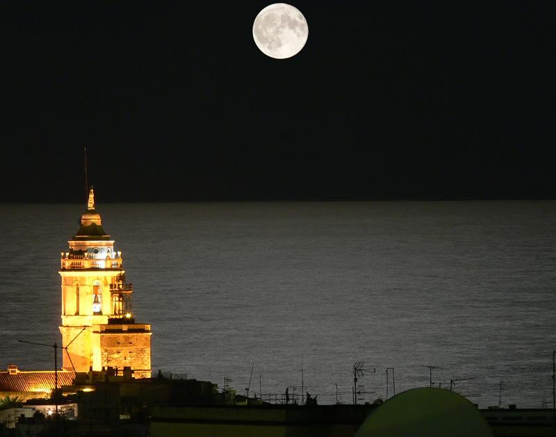 Foto playa Platja de L'Home Mort / Roses. Moon backlight