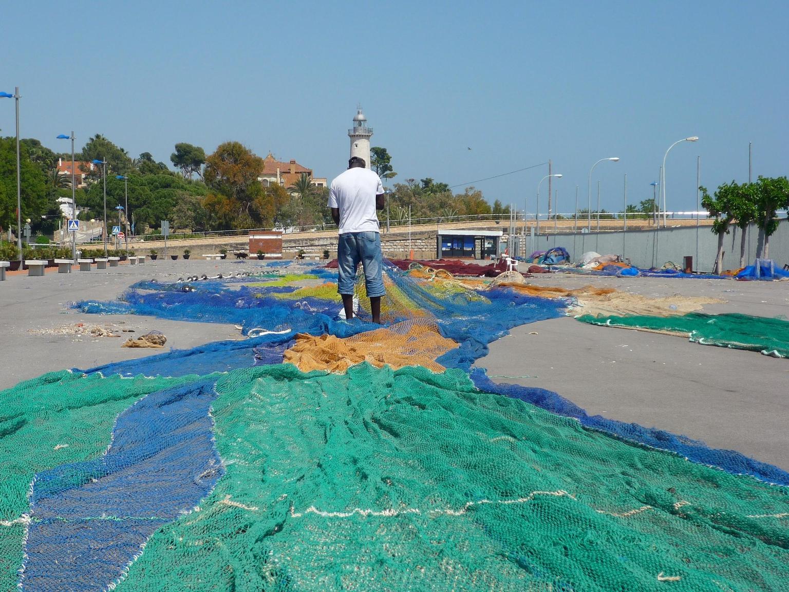 Foto playa El Far de Sant Cristófol. Limpiando y reparando las redes