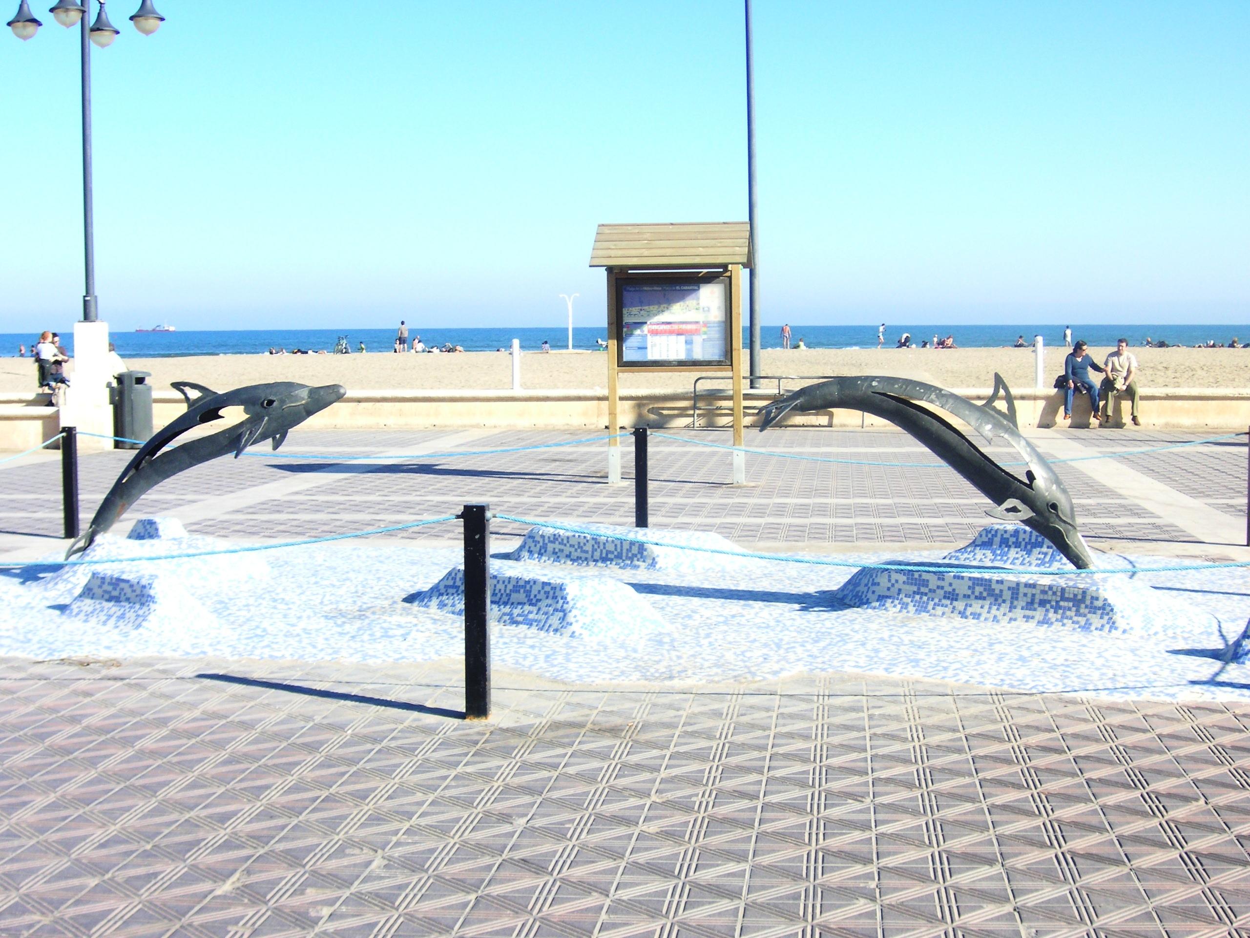 Foto playa Cabanyal  / Las Arenas. Valencia, Delphinskulpturen am Strand