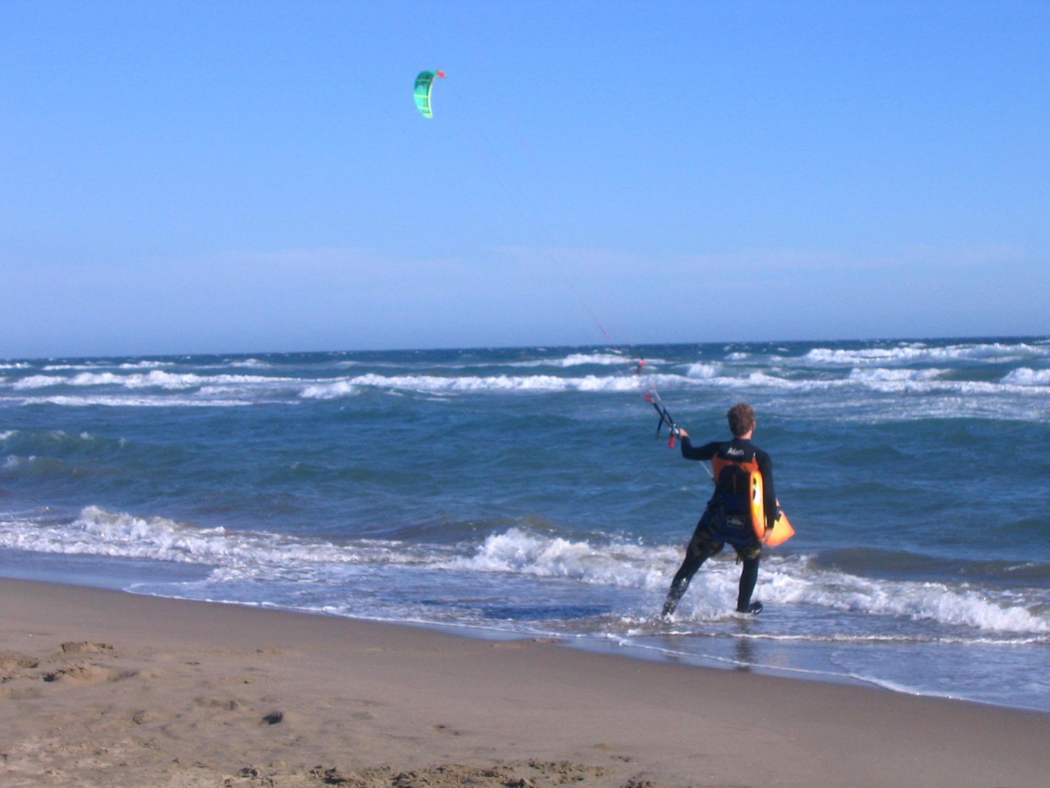 Foto playa El Ancón. Marbella - Los Monteros - ins Wasser zum Drachen-Surfing / starting for Kitesurfing