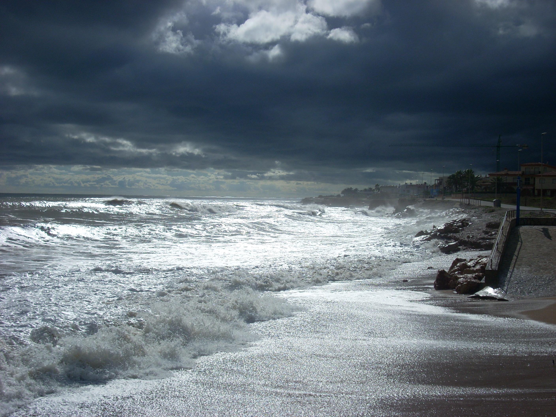 Foto playa Cala Puntal. La luz del sol y la obscuridad de las nubes