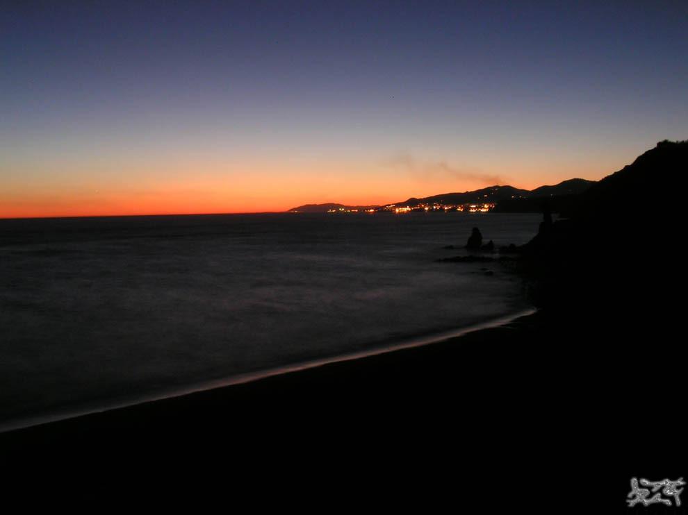 Foto playa Las Alberquillas. anochecer en acantilados de maro - nightfall at Maro´s cliffs