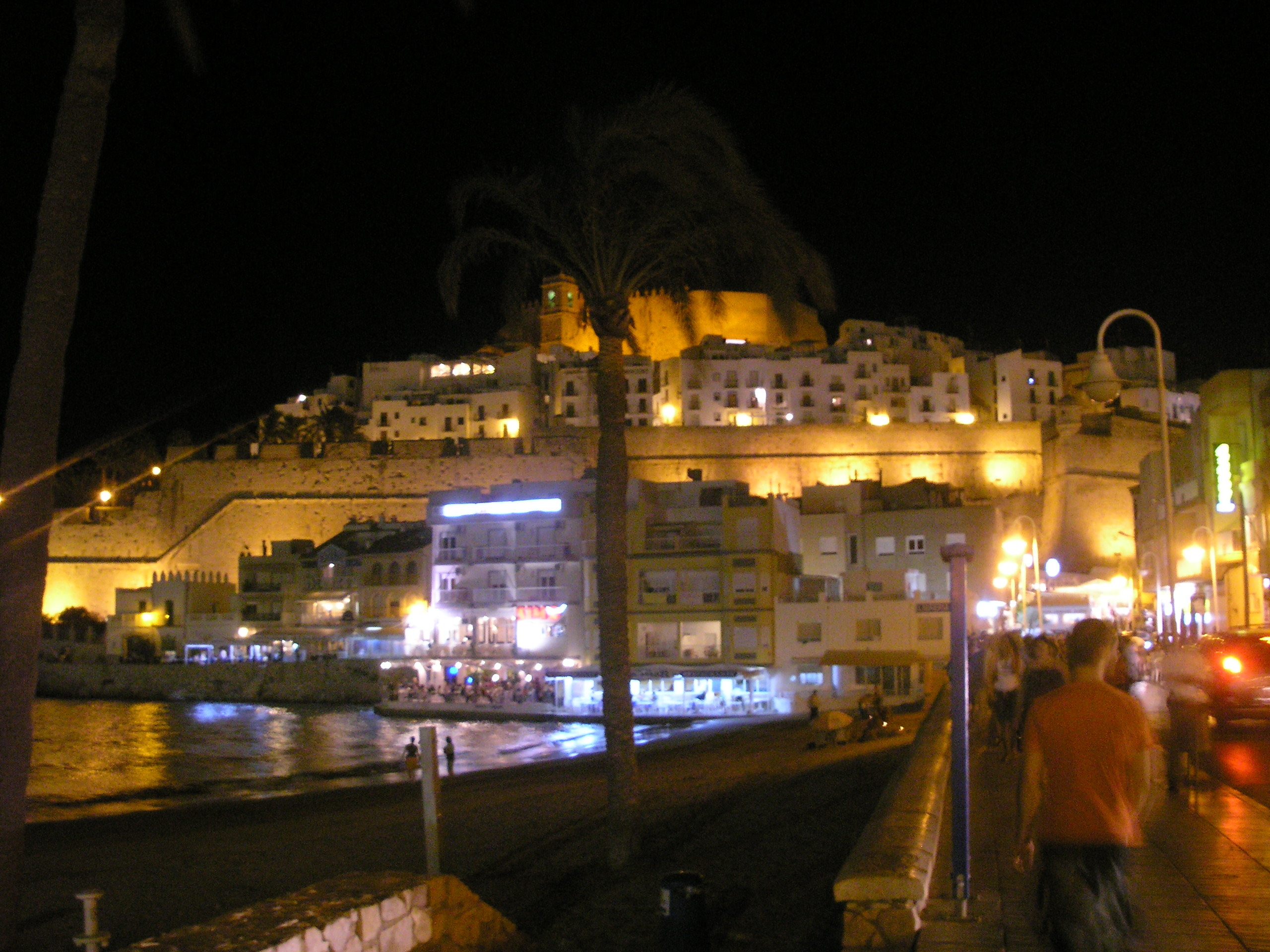 Foto playa Cala Ordí. El Castillo Papa Luna de noche