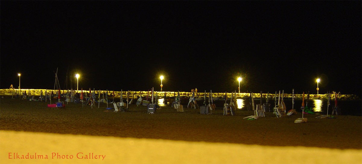 Foto playa Sud de Torreblanca / Playa del Prat. Sombrillas y hamacas descansan en la playa (Beach umbrellas and chairs resting on the beach)