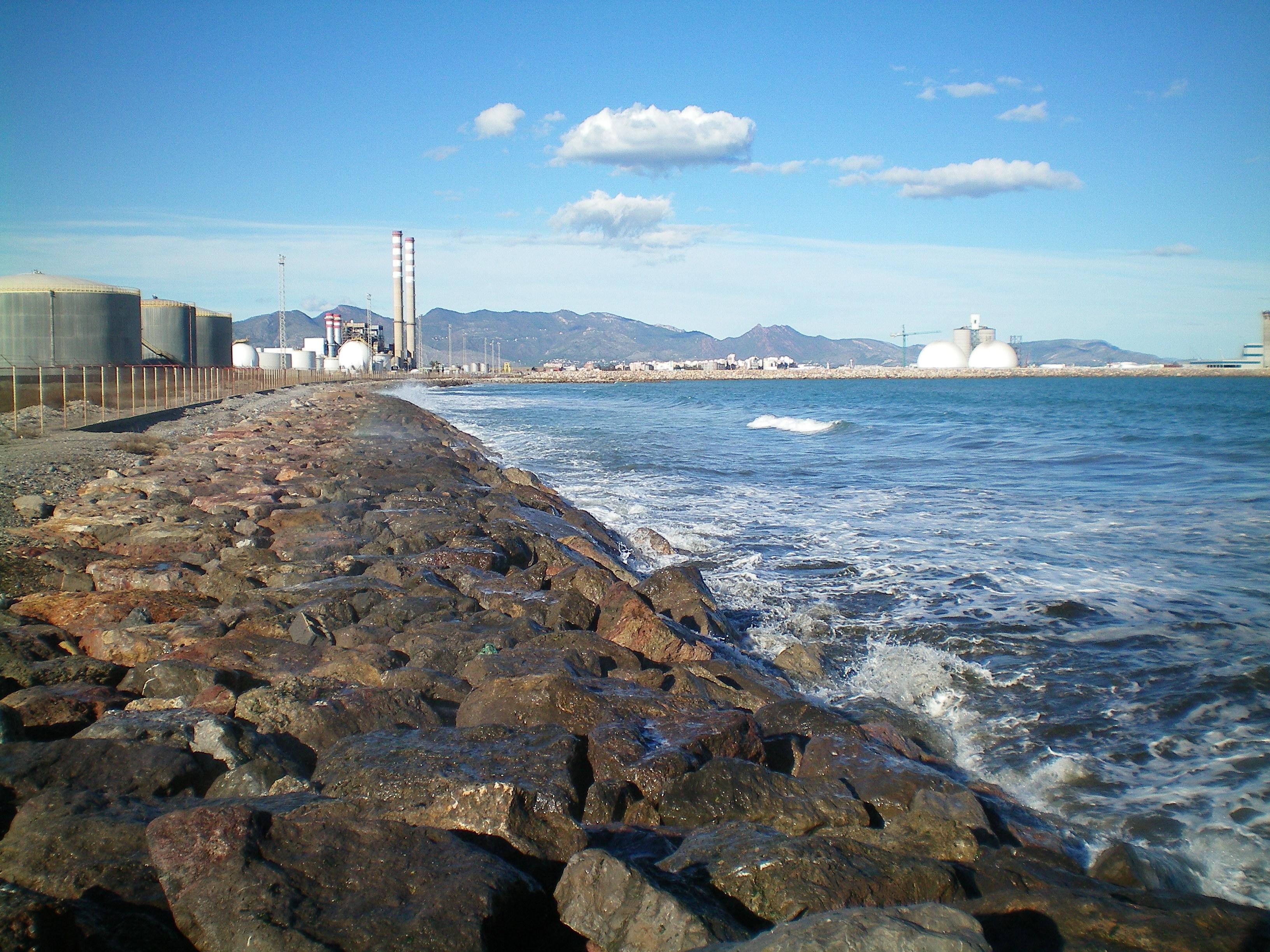 Foto playa Ben Afeli / Benafeli. Castellón de la Plana - Polígono industrial El Serrallo desde la playa de Almazora