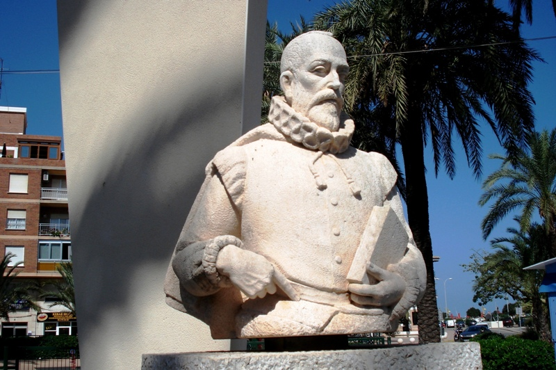Foto playa El Marge Roig. Monumento a Cervantes.DENIA.Spain.