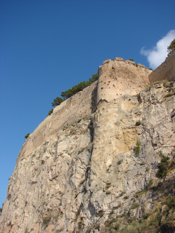 Foto playa El Marge Roig. Murallas del Castillo de Denia