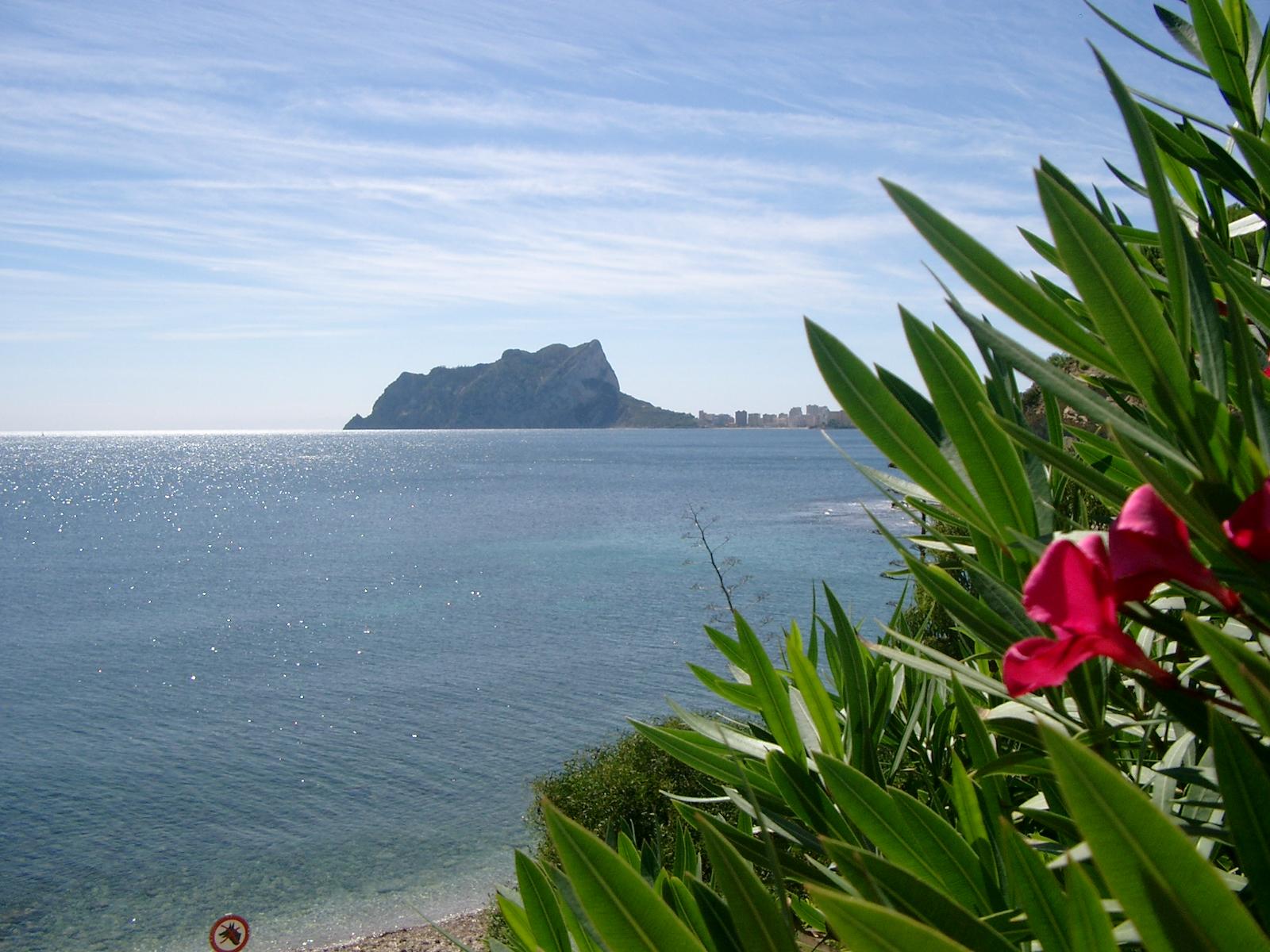 Foto playa Cala L'Advocat. Penon de Ifach vom Strand Baladrar - Benissa aus